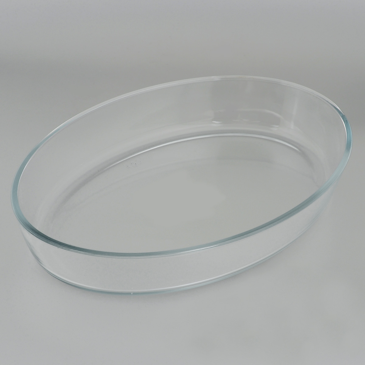 """Овальная форма для запекания """"Едим Дома"""" изготовлена из жаропрочного стекла,  которое выдерживает температуру до +450°С. Форма предназначена для  приготовления горячих блюд. Материал изделия гигиеничен, прост в уходе и  обладает высокой степенью прочности.  Форма идеально подходит для использования в духовках, микроволновых печах,  холодильниках и морозильных камерах. Также ее можно использовать на газовых  плитах (на слабом огне) и на электроплитах. Можно мыть в посудомоечной  машине. Размер формы (по верхнему краю): 35 см х 24 см. Высота стенки формы: 6 см."""