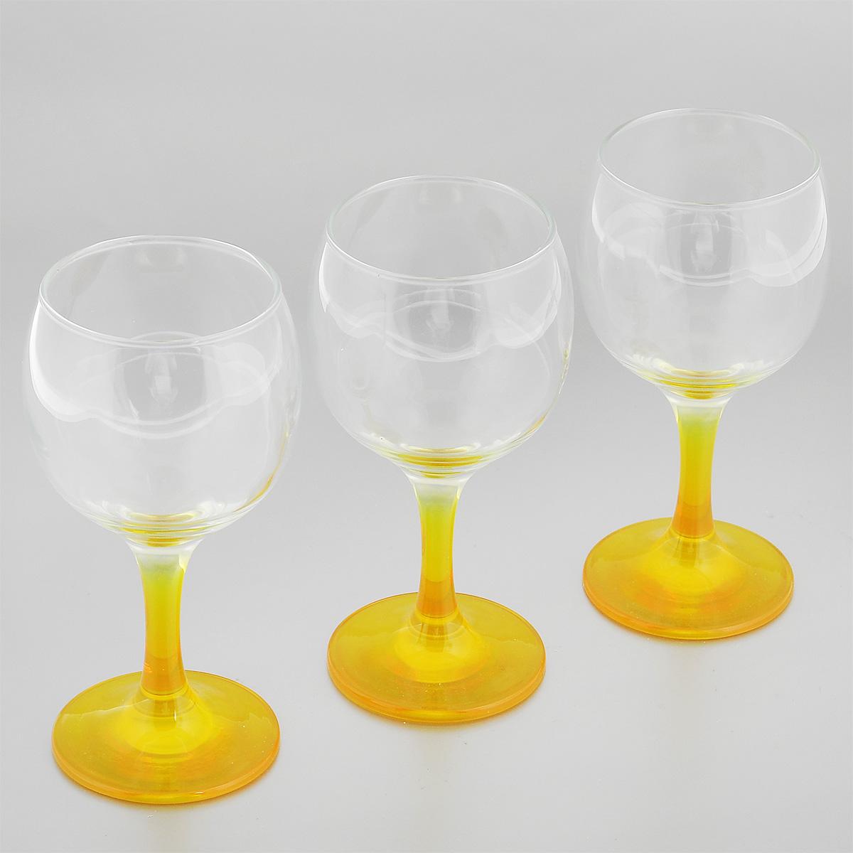 Набор фужеров Glass4you, цвет: желтый, 220 мл, 3 шт44412YНабор Glass4you состоит из трех фужеров, выполненных из прочного натрий-кальций-силикатного стекла. Изделия имеют тонкие высокие цветные ножки. Фужеры излучают приятный блеск и издают мелодичный звон. Предназначены для подачи вина. Набор фужеров Glass4you прекрасно оформит праздничный стол и станет хорошим подарком к любому случаю. Можно мыть в посудомоечной машине.Диаметр фужера (по верхнему краю): 6,6 см. Высота фужера: 14,5 см. Диаметр основания: 6,4 см.