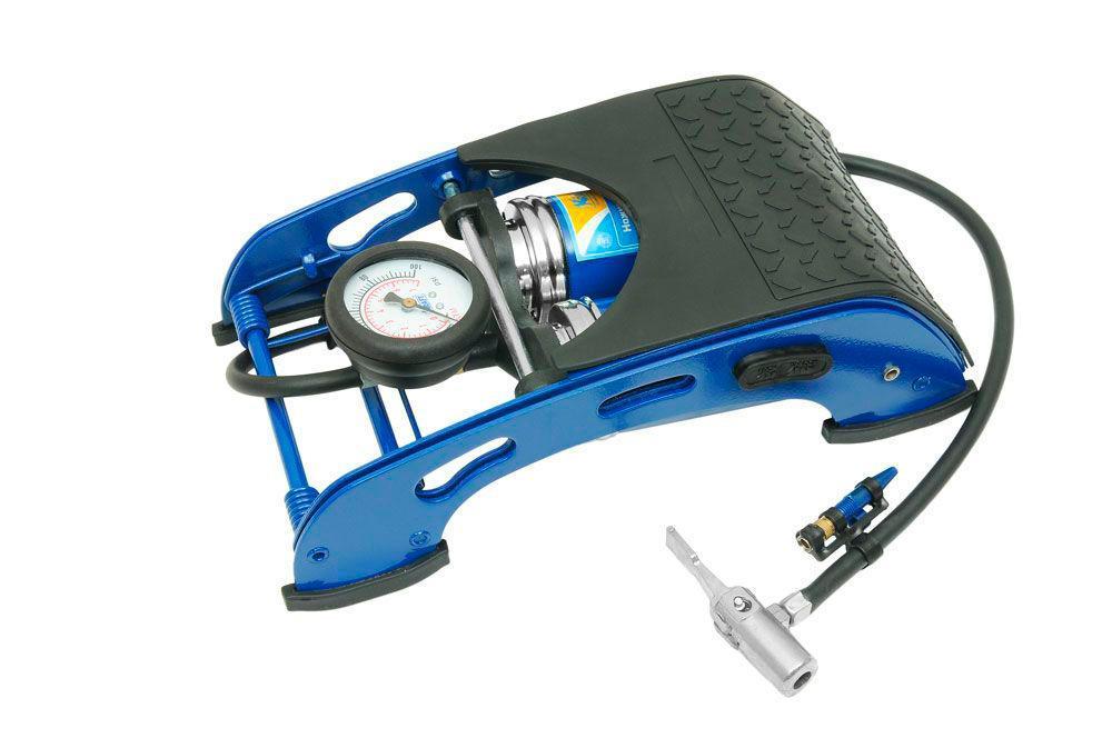 Насос ножной с манометром Kraft(2 цилиндра). КТ 810002КТ 810002Ножной насос предназначен для накачивания автомобильных, мотоциклетных и велосипедных шин. В комплекте также предусмотрены насадки-переходники для накачивания надувных лодок, мячей, матрацев и т.п. Ножные насосы KRAFT выгодно отличаются от своих конкурентов, так как удачно сочетают в себе привлекательный современный дизайн и уникальные технические характеристики, позволяющие добиться желаемого результата с меньшими усилиями.