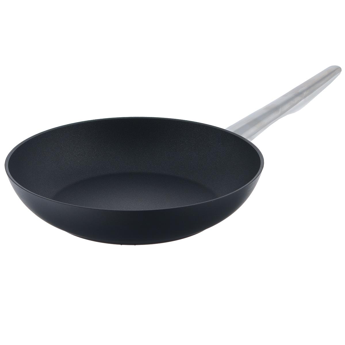 Сковорода TVS Maestrale, с антипригарным покрытием, цвет: черный. Диаметр 24 см1V278243310001Сковорода TVS Maestrale выполнена из алюминия с внешним лаковым покрытием черного цвета и обладает превосходной теплопроводностью. Внутреннее антипригарное покрытие Toptec позволяет готовить пищу с минимальным использованием масла. Прочная поверхность сковороды не боится механических повреждений.Эргономичная ручка, изготовленная из нержавеющей стали имеет плавные формы, которые подчеркивают стиль сковороды. Сковорода TVS Maestrale изготовлена из экологичных материалов, что делает ее пригодной для приготовления пищи детям.Подходит для всех видов плит, включая индукционные.Сковороду TVS Maestrale можно использовать в духовому шкафу. Максимальная температура 230°С. Можно мыть в посудомоечной машине.Особенностью коллекции Maestrale является фурнитура из нержавеющей стали с изящными формами, очень эффектно сочетающаяся с литым корпусом изделий с черным антипригарным покрытием Toptec. Дно сковород и кастрюль, входящих в коллекцию, имеет вплавленный стальной диск, благодаря чему посуду можно использовать, в том числе и на индукционных плитах. Компания TVS была основана в 1968 году. Основными принципами, которых придерживается компания, являются экологическая безопасность производства, использование новейших материалов и технологий, а также всесторонний учет потребностей рынка. Посуда TVS (Италия) - это превосходное решение для любой современной кухни, способное создать по-настоящему комфортные условия для приготовления пищи. Диаметр сковороды: 24 см. Высота стенки: 5 см.Длина ручки: 18 см.