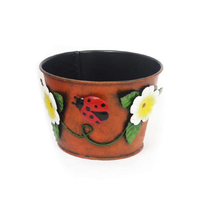 """Декоративное кашпо Village People """"Настроение"""" выполнено из металла и оформлено рельефом в виде цветов и божьей коровки. Оригинальное кашпо предназначено для установки внутрь цветочных горшков с растениями. Благодаря такому кашпо вы сможете украсить вашу комнату, офис, сад. Диаметр кашпо: 13 см. Высота кашпо: 9 см."""