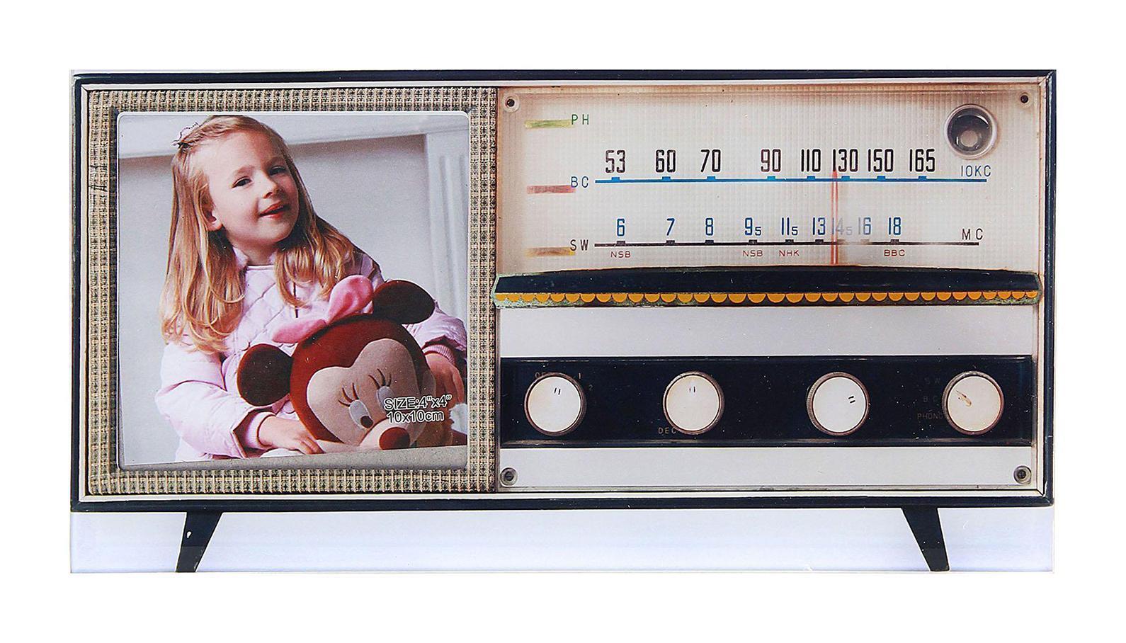 Фоторамка Sima-land Старый проигрыватель, цвет: белый, черный, 10 х 10 см133424Декоративная фоторамка Sima-land Старый проигрыватель выполнена из стекла и декорирована изображением старого проигрывателя. Обратная сторона рамки оснащена специальной ножкой, благодаря которой ее можно поставить на стол или любое другое место в доме или офисе. Такая фоторамка украсит ваш интерьер оригинальным образом, а также позволит сохранить память о дорогих вам людях и интересных событиях вашей жизни. С ней вы сможете не просто внести в интерьер своего дома элемент оригинальности, но и создать атмосферу загадочности и изысканности.