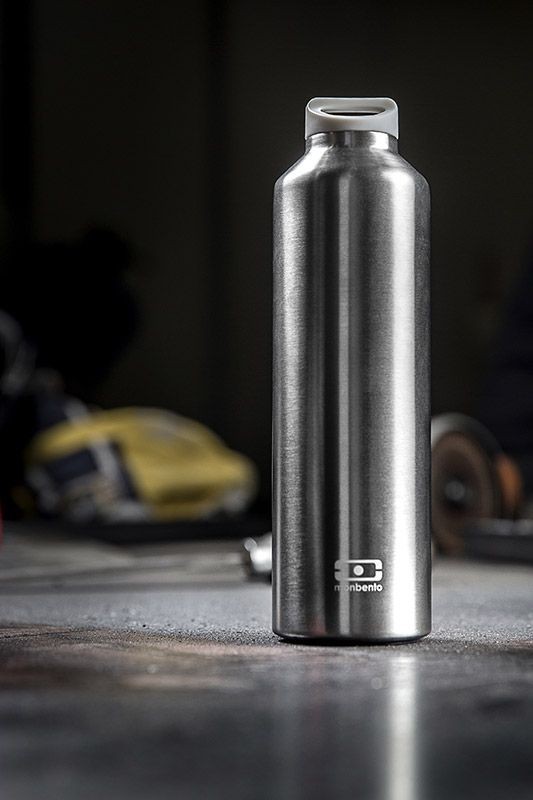 """Бутылка Monbento """"Steel"""" с термоизоляцией для ежедневных и экстраординарных приключений! Она станет надежным компаньоном для бодрящего кофе, горячего чая или полезного смузи. Двойные стенки сохраняют напиток теплым (или холодным) до 12 часов, при этом внешние стенки не нагреваются, бутылку приятно держать в руках.  Объем - 500 мл Сделана из нержавеющей стали. Бутылка герметична, не прольется ни капли. Изготовлена из безопасных материалов без примеси вредного бисфенола А (BPA free)    Как повысить эффективность тренировок с помощью спортивного питания? Статья OZON Гид"""