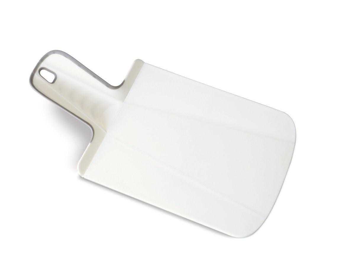 Доска разделочная Joseph Joseph Chop2Pot. Mини, цвет: белый, 17 х 32 см60053Разделочная доска Joseph Joseph Chop2Pot. Mини изготовлена из прочного пищевого пластика со специальным покрытием, которое предотвращает прилипание пищи и сохраняет ножи острыми. Удобная ручка оснащена прорезиненными вставками, что обеспечивает надежный хват и комфорт во время использования. Обратная сторона доски снабжена такими же вставками для предотвращения скольжения по поверхности стола. Благодаря изгибам в определенных местах, доска удобно сворачивается и позволяет аккуратно пересыпать все, что вы нарезали. Всем знакомо, как неудобно ссыпать порезанные овощи в кастрюлю, но с этим приспособлением вы одним движением превратите разделочную доску в удобный совок, и все попадет по назначению. Можно мыть в посудомоечной машине.