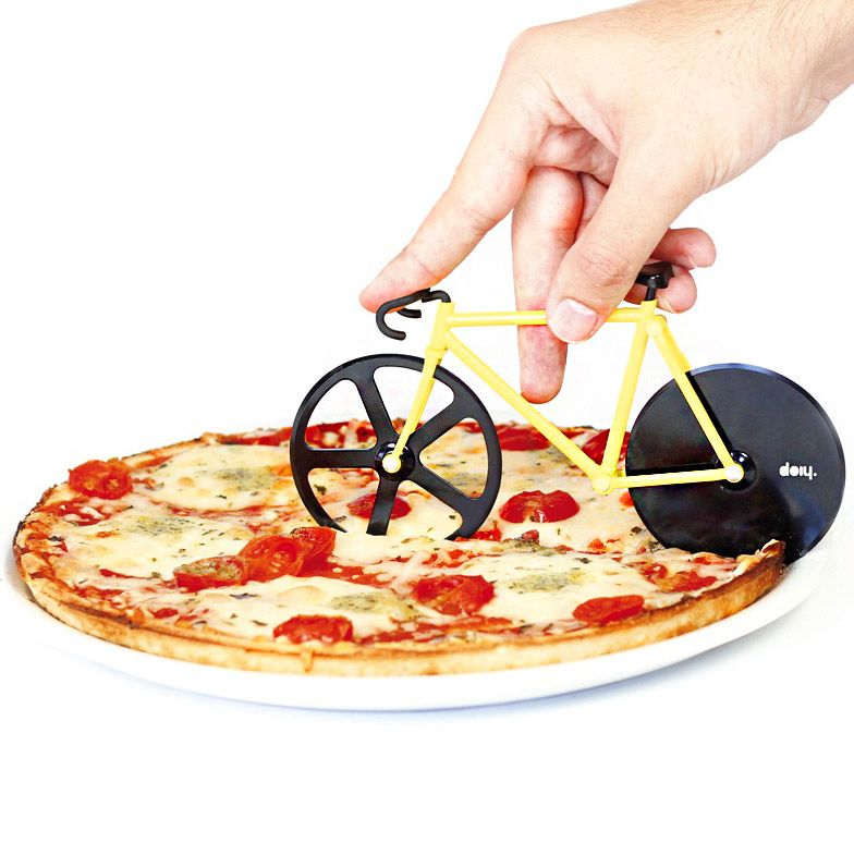 Нож для пиццы Doiy Fixie, цвет: желтый, черныйDHFPCBBВелосипеды становятся все популярнее и их все чаще можно встретить вокруг. В том числе и в вашей пицце! Забавный нож с двойными лезвиями на месте колес поможет отрезать ровные куски, которые легко отделятся друг от друга. Так что теперь можете намекать друзьям Пойдем кататься на велосипеде, имея ввиду, конечно же, вечер с поеданием вкусной пиццы. Ммм!