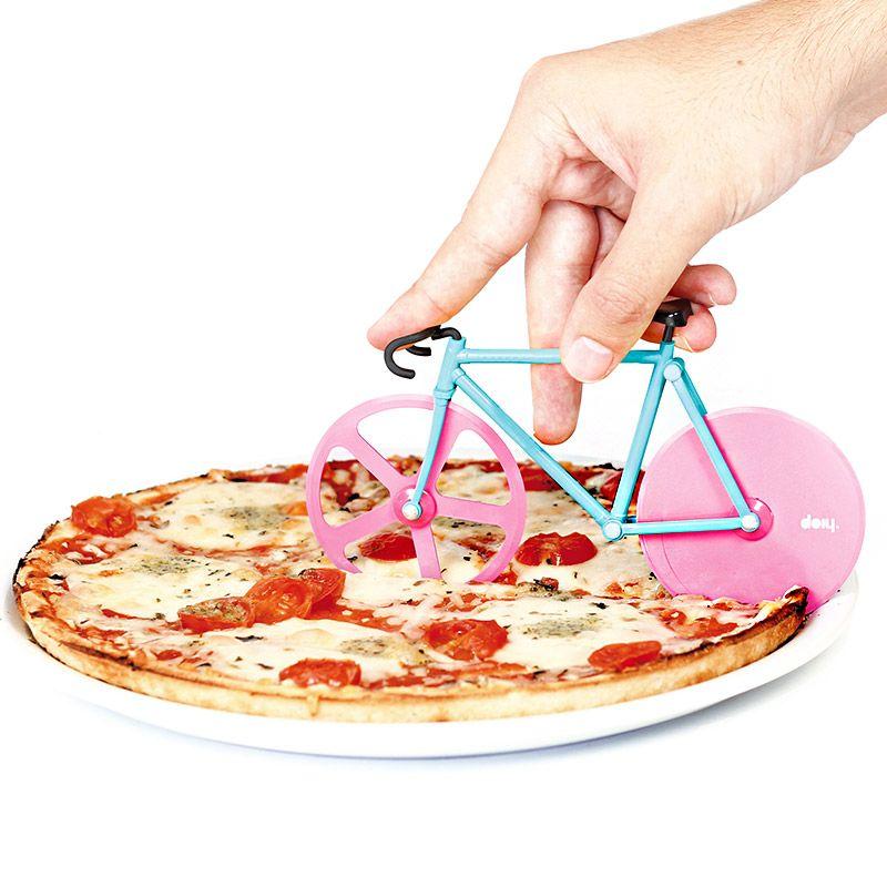 Нож для пиццы Doiy Fixie, цвет: мятный, розовыйDHFPCWMВелосипеды становятся все популярнее и их все чаще можно встретить вокруг. В том числе и в вашей пицце! Забавный нож с двойными лезвиями на месте колес поможет отрезать ровные куски, которые легко отделятся друг от друга. Так что теперь можете намекать друзьям Пойдем кататься на велосипеде, имея ввиду, конечно же, вечер с поеданием вкусной пиццы. Ммм!