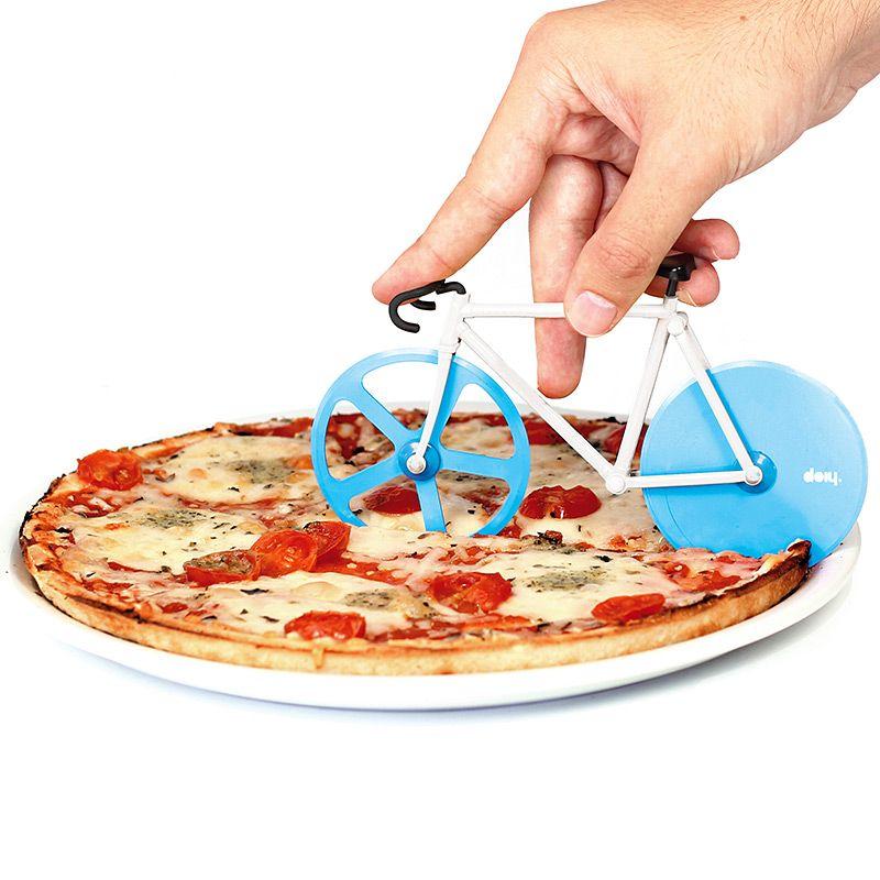 Нож для пиццы Doiy Fixie, цвет: голубой, белыйDYFIXIEANВелосипеды становятся все популярнее и их все чаще можно встретить вокруг. В том числе и в вашей пицце! Забавный нож с двойными лезвиями на месте колес поможет отрезать ровные куски, которые легко отделятся друг от друга. Так что теперь можете намекать друзьям Пойдем кататься на велосипеде, имея ввиду, конечно же, вечер с поеданием вкусной пиццы. Ммм!