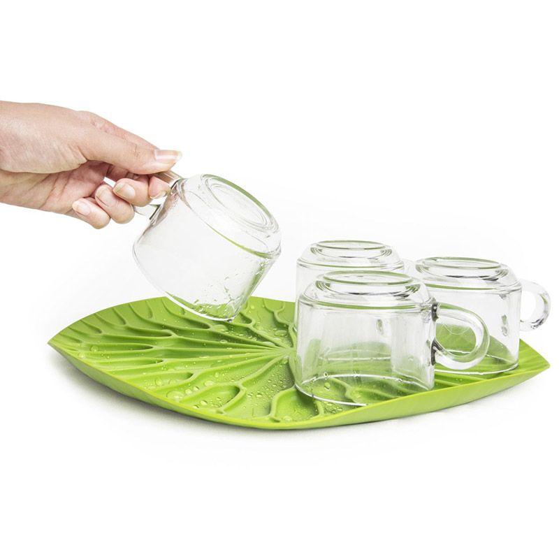 """Как известно, лотосы растут в воде, а значит, великолепная пластиковая сушилка для посуды """"Qualy"""" в виде листка лотоса должна быть поближе  к раковине. Поставьте ее на столешницу или в шкаф, чтобы вода со свежевымытых стаканов, чашек, тарелок или столовых приборов стекала вниз  на силиконовые желобки. Плюс к этому такую красоту можно использовать в качестве сервировочного подноса для овощей и фруктов. Размер: 32,5 x 32,5 х 2,4 см."""