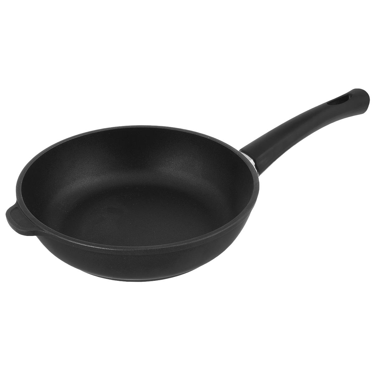 Сковорода Нева Металл Посуда Комфортная, с антипригарным покрытием, цвет: черный. Диаметр 24 см7224кЛитая сковорода НМП Комфортная сделана по принципу золотого сечения, с толстыми стенками и еще более толстым дном из специального сплава алюминия с кремнием. Это обеспечивает исключительные термоаккумулирующие свойства посуды. Она равномерно прогревается и долго удерживает тепло, создавая эффект томления. Благодаря качественному антипригарному покрытию, вы можете готовить с минимальным количеством масла. Толстое дно специально проточено и на доли миллиметров вогнуто. При нагреве оно становится идеально ровным и плотно прилегает к плите, благодаря чему не происходит потеря тепла.Подходит для газовой, электрической и стеклокерамический плитам. Можно мыть в посудомоечной машине. Не содержит PFOA.Диаметр: 24 см.Высота стенки: 5,5 см. Толщина стенки: 4 мм.Толщина дна: 6 мм.Длина ручки: 18 см.