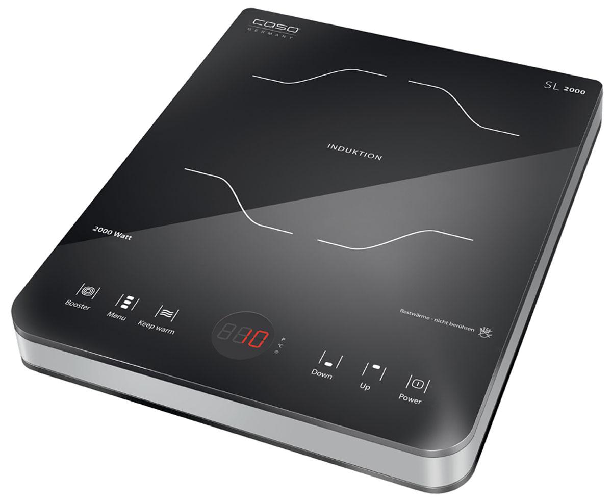 CASO SlimLine 2000 настольная индукционная плиткаSlimLine 2000Настольная индукционная стеклокерамическая плитка CASO SlimLine 2000 – верная помощница на кухне, которая служит качественно и долго и доставляет своему владельцу только положительные эмоции. Прибор имеет одну зону нагрева, сенсорное управление с дисплеем и светодиодной индикацией. Модель проста и понятна в настройке и управлении. Поверхность легко очищается от загрязнений. Варочная панель оснащена системой индукционного нагрева. Индуктор, расположенный под поверхностью, создает переменное электромагнитное поле – в результате этого в дне посуды индуцируется ток, что и приводит к нагреву. Тепло образуется непосредственно в дне посуды без промежуточного нагрева конфорки