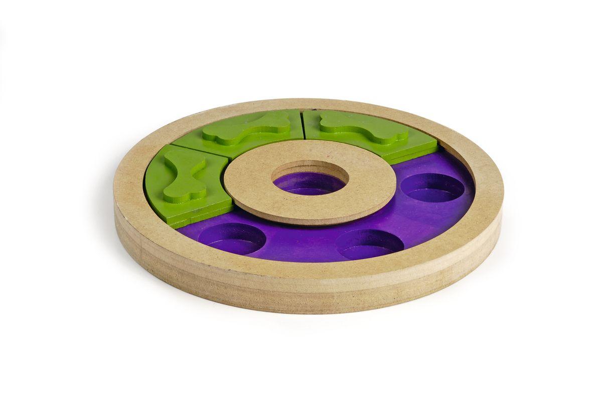 Игрушка-головоломка для собак I.P.T.S. Swingo, диаметр 25 см39746Игрушка-головоломка для собак I.P.T.S. Swingo - это увлекательная игра для собак, которая стимулирует внимательность, ум и сообразительность. Поместите некоторое количество лакомства в каждую дырочку и закройте зелеными пластинками. Ваш питомец будет пытаться найти спрятанное лакомство, используя свои лапки или нос, чтобы сдвинуть пластинки и тем самым добраться до угощения. Занимательная и полезная игра как для собак, так и для кошек. Она не только поможет развить умственные способности питомца, но и спасет его от одиночества и скуки, а квартиру от разрушений.