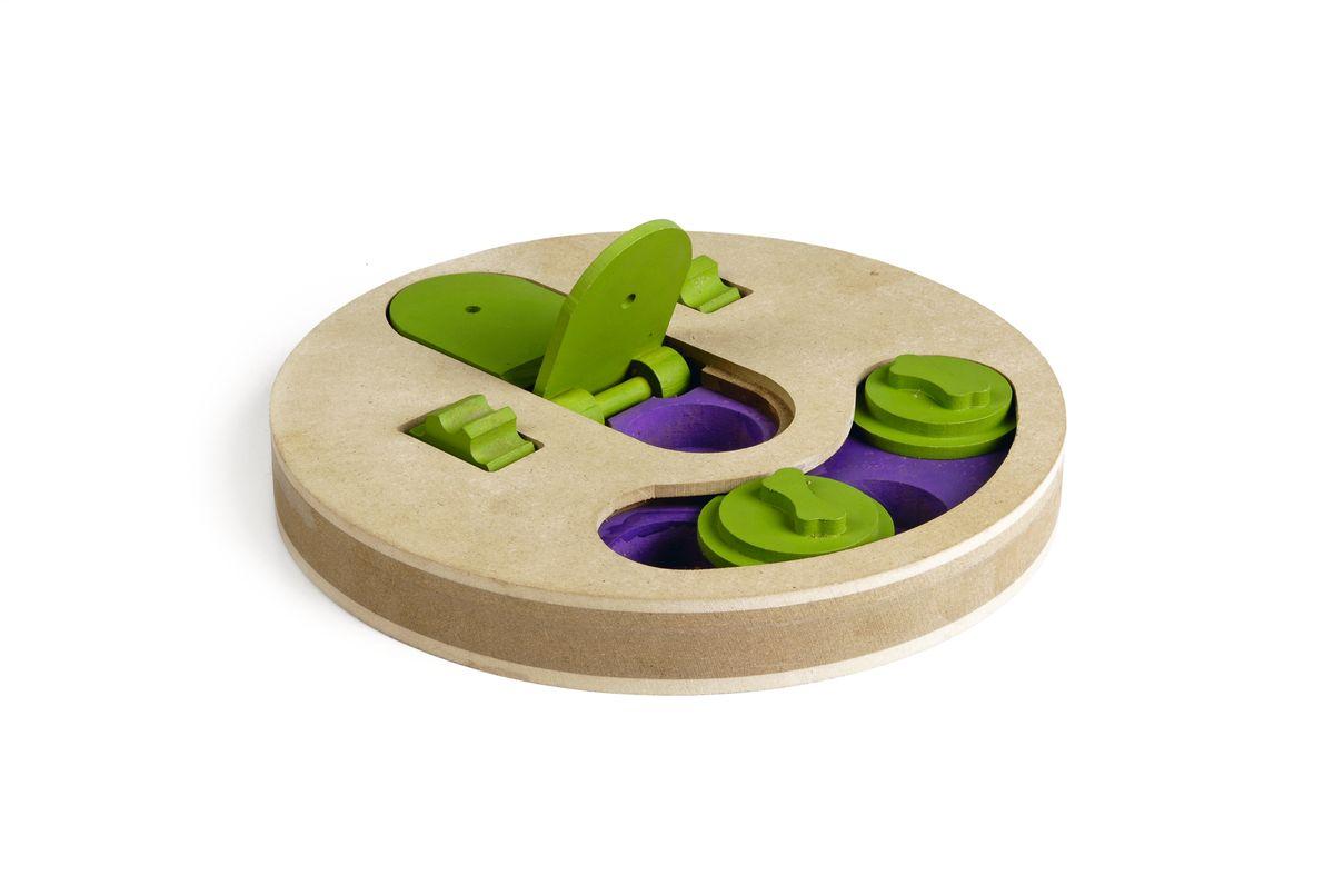 Игрушка-головоломка для собак I.P.T.S. Fanatic, диаметр 22 см39747Игрушка-головоломка для собак I.P.T.S. Fanatic - это двойная увлекательная игра для собак, которая стимулирует внимательность, ум и сообразительность.Заполните расположенные в игрушке отверстия лакомством и закройте их зелеными дисками так, чтобы собака не видела лакомство. С помощью лап или носа собаке придется двигать диски и доставать лакомство. Вторая игра также заключается в поиске лакомства. Две зеленые крышечки могут быть открыты специальным механизмом, который собака может повернуть с помощью лап. Зубчики на колесе облегчают данную задачу. Такая головоломка не только поможет развить умственные способности питомца, но и спасет его от одиночества и скуки, а квартиру от разрушений.