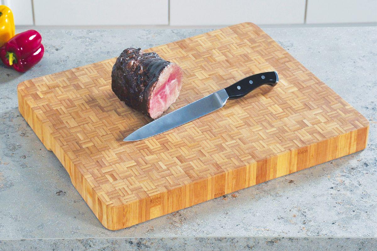 """Наборная разделочная доска """"Kesper"""" из бамбука имеет привлекательный внешний вид и отлично впишется практически в любой интерьер кухни. Благодаря большому размеру на ней удобно разделывать сколь угодно много продуктов. Функциональная и простая в использовании разделочная доска """"Kesper"""" прослужит вам долгие годы. Размер доски: 50 х 40 х 5 см."""