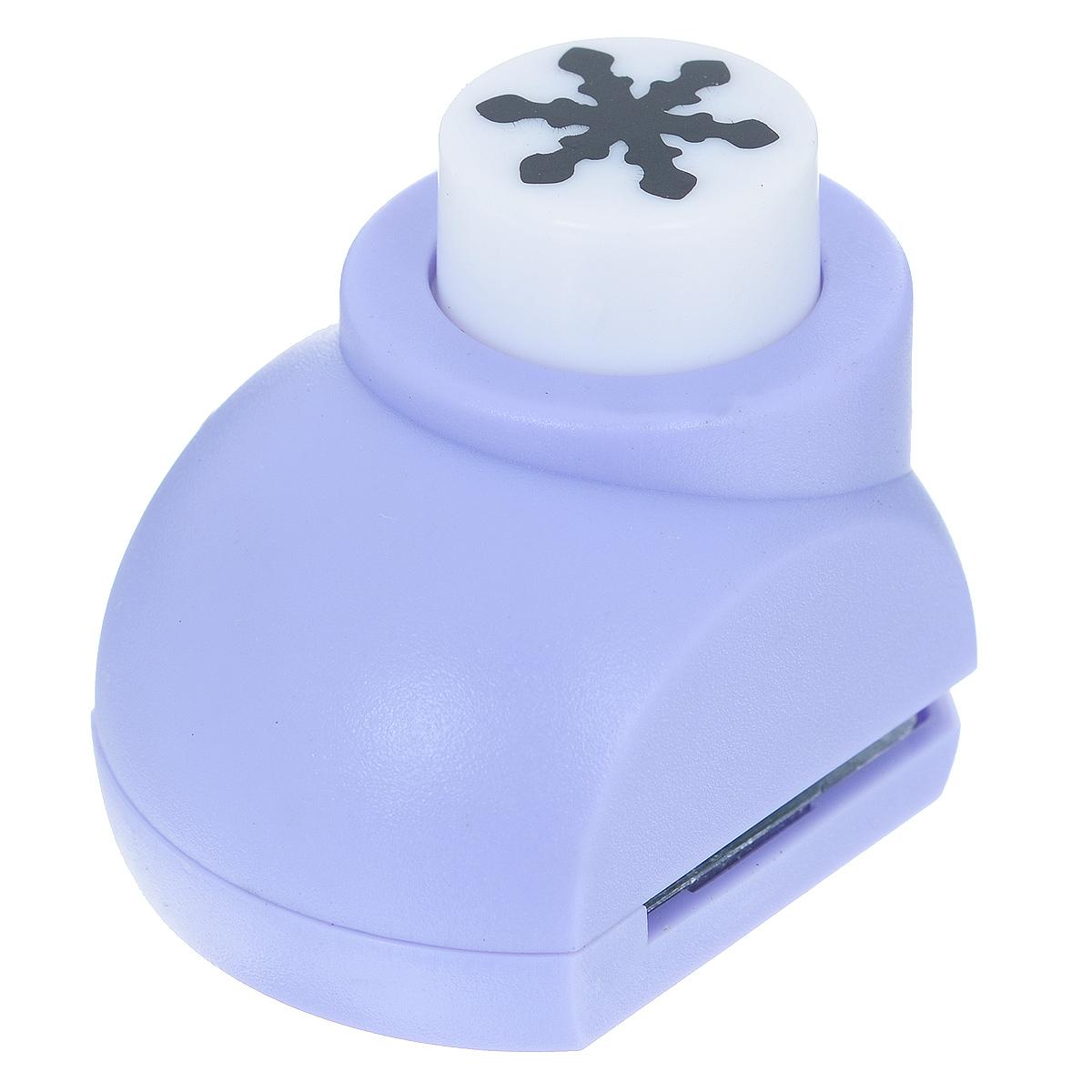 Дырокол фигурный Астра Снежинка. JF-8227709604_203Дырокол Астра Снежинка поможет вам легко, просто и аккуратно вырезать много одинаковых мелких фигурок.Режущие части компостера закрыты пластмассовым корпусом, что обеспечивает безопасность для детей. Можно использовать вырезанные мотивы как конфетти или для наклеивания. Дырокол подходит для разных техник: декупажа, скрапбукинга, декорирования.Размер дырокола: 4 см х 3 см х 4 см. Диаметр вырезанной фигурки: 1,3 см.