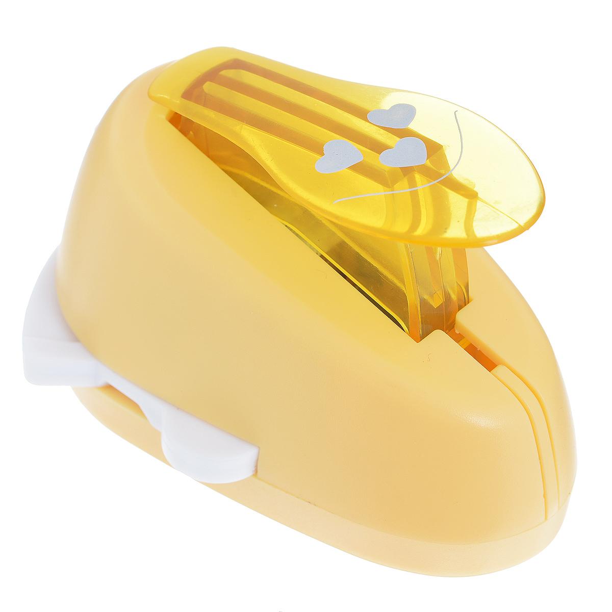 Дырокол фигурный Астра Три сердца, угловой. CD-99MA7709609_17Дырокол Астра Три сердца поможет вам легко, просто и аккуратно вырезать много одинаковых мелких фигурок.Режущие части компостера закрыты пластмассовым корпусом, что обеспечивает безопасность для детей. Вырезанные фигурки накапливаются в специальном резервуаре. Можно использовать вырезанные мотивы как конфетти или для наклеивания. Угловой дырокол подходит для разных техник: декупажа, скрапбукинга, декорирования.Размер дырокола: 8 см х 6 см х 5 см. Размер готовой фигурки: 2,5 см х 2 см.