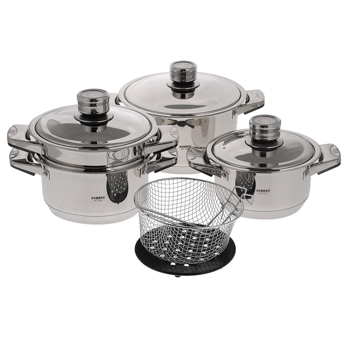 Набор посуды Bekker De Luxe, 9 предметов. BK-2865BK-2865Набор Bekker De Luxe состоит из 3 кастрюль с крышками, пароварки, корзины для жарки (фритюрницы) и подставки под горячее. Изделия изготовлены из высококачественной нержавеющей стали 18/10 с зеркальной полировкой. Посуда имеет капсулированное термическое дно - совершенно новая разработка, позволяющая готовить здоровую пищу. Благодаря уникальной конструкции дна, тепло, проходя через металл, равномерно распределяется по стенкам посуды. В процессе приготовления пищи нижний слой дна остается идеально ровным, обеспечивая идеальный контакт между дном посуды и поверхностью плиты. Быстрая проводимость тепла и экономия энергии обеспечивается за счет использования при изготовлении дна разнородных материалов, таких как алюминий и сталь. Проходя через стальной нижний слой, тепло мгновенно попадает на алюминиевый слой, где и происходит его равномерное распределение. Внутри дна концентрируется очень высокая температура, которая практически мгновенно распределяется по все поверхности посуды. Для приготовления пищи в такой посуде требуется минимальное количество масла и воды, тем самым уменьшается риск потери витаминов и минералов в процессе термообработки продуктов. Посуда оснащена удобными металлическими ручками с черными бакелитовыми вставками. Специальный ободок по краям изделий предотвращает растекание жидкости при наполнении и переливании, что способствует сохранению чистоты стенок. Крышки выполнены из нержавеющей стали. Встроенные в крышки термодатчики помогают готовить пищу, соблюдая оптимальный температурный режим.Подставка под горячее выполнена из бакелита.Внутренние стенки кастрюль имеют отметки литража.Посуду можно использовать на всех типах плит, кроме индукционных. Можно использовать в духовке и мыть в посудомоечной машине. Объем кастрюль: 2,7 л; 3,6 л; 6,3 л.Внутренний диаметр кастрюль: 18 см; 20 см; 24 см.Высота стенок: 11,5 см; 12 см; 14,5 см.Ширина кастрюль с учетом ручек: 29 см; 31 см; 36 см.Диаметр дна: 15,5