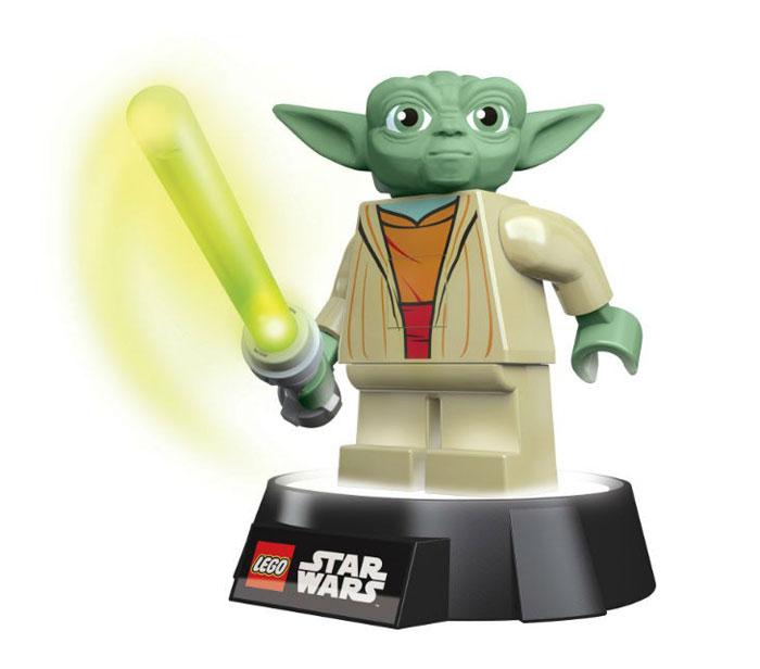 LEGO: Фонарик-ночник Star Wars: Yoda LGL-TOB6LGL-TOB6Фонарик-ночник LEGO Star Wars Yoda - обязательный атрибут детской комнаты. Его мягкий свет успокаивающе действует на малышей, которые боятся темноты, не напрягая детские глазки и не создавая излишнего светового излучения. При этом его света достаточно, чтобы легко ориентироваться в темноте. Ночник выполнен в виде фигурки героя фильма Звездные Войны мастера Йоды со световым мечом в руках.Ночник автоматически отключается через 30 минут. Фигурка снимается со светящейся базы, благодаря чему ее можно использовать как фонарик. Включается нажатием кнопки на груди.Фигурка питается от 3 батареек АА, меч от 1 батарейки ААА.