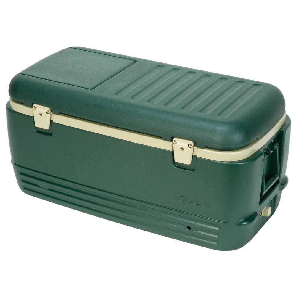 Изотермический контейнер Igloo Sportsman, цвет: зеленый, 95 л11471Легкий и прочный изотермический контейнер Igloo Sportsman, изготовленный из высококачественного пластика, предназначен для транспортировки и хранения продуктов и напитков. Корпус гладкий, эргономичного дизайна, ударопрочный. Поддержание внутреннего микроклимата обеспечивается за счет двойной термоизоляционной прокладки из пены Ultra Therm, способной удерживать температуру внутри корпуса до 5-ти дней. Для поддержания температуры рекомендуется использовать аккумуляторы холода (в комплект не входят). Контейнер имеет широко открывающуюся крышку для легкого доступа к продуктам. Крышка плотно и герметично закрывается на 2 защелки. Также имеется маленькая крышка для быстрого доступа к продуктам. Ручки по бокам позволяют удобно выгружать и загружать контейнер в багажник автомобиля. Резьбовая пробка для быстрого слива конденсата и легкой очистки контейнера. Внутренняя поверхность контейнера устойчива к загрязнениям и запахам. Такой контейнер можно взять с собой куда угодно: на отдых, пикник, на дачу, на рыбалку или охоту и т.д. Идеальный вариант для отдыха на природе.