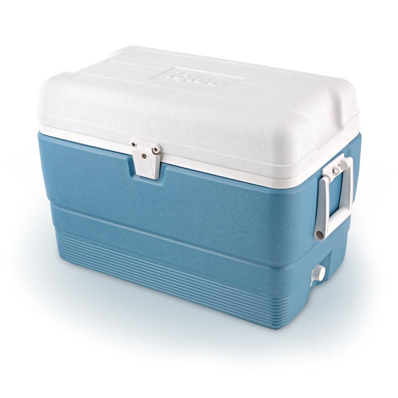 Изотермический контейнер Igloo MaxCold, цвет: голубой, 47 л13018Легкий и прочный изотермический контейнер Igloo MaxCold, изготовленный из высококачественного пластика, предназначен для транспортировки и хранения продуктов и напитков. Корпус гладкий, эргономичного дизайна, ударопрочный. Поддержание внутреннего микроклимата обеспечивается за счет термоизоляционной прокладки из пены Ultra Therm, способной удерживать температуру внутри корпуса до 5-ти дней. Для поддержания температуры рекомендуется использовать аккумуляторы холода (в комплект не входят). Контейнер имеет две удобные ручки по бокам для удобства погрузки и разгрузки из багажника автомобиля и широко открывающуюся крышку для легкого доступа к продуктам. Крышка плотно и герметично закрывается на защелку. Сбоку имеется резьбовая пробка для быстрого слива конденсата и легкой очистки контейнера. Внутренняя поверхность контейнера устойчива к загрязнениям и запахам. Такой контейнер можно взять с собой куда угодно: на отдых, пикник, кемпинг, на дачу, на рыбалку или охоту и т.д. Идеальный вариант для отдыха на природе.