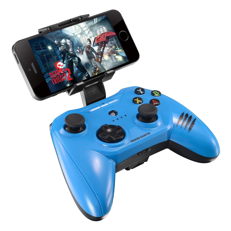Mad Catz C.T.R.L.i, Gloss Blue беспроводной геймпад для iPhone и iPadMCB312630A04/04/1Mad Catz C.T.R.L.i - стильный беспроводной геймпад для iPhone или iPad. Контроллер превратит ваше мобильное устройство в игровую консоль и позволит играть где угодно - дома, в поездках, путешествиях. Он оснащен лицензированным модулем связи от Apple и совместим с iPhone и iPad 5 поколения. Данная модель подключается к мобильному устройству через протокол Bluetooth. Благодаря энергоэффективному модулю Bluetooth 4.0 геймпад может проработать в автономном режиме до двух суток. Для комфортной игры на ходу новинка оснащена съемными регулируемыми зажимами, в которые можно вставить iPhone или iPad. При этом в устройстве не перекрывается разъем Lightning и его можно заряжать даже во время игры. Mad Catz C.T.R.L. i позволяет играть и на большом экране, используя в качестве консоли планшет или смартфон от Apple, соединив его с телевизором с помощью HDMI-кабеля. Геймпад имеет классический дизайн и традиционный набор средств управления: 8-позиционный D-pad и два аналоговых стика. Для того, чтобы настроить контроллер, необходимо скачать на AppStore фирменное приложение Mad Catz.