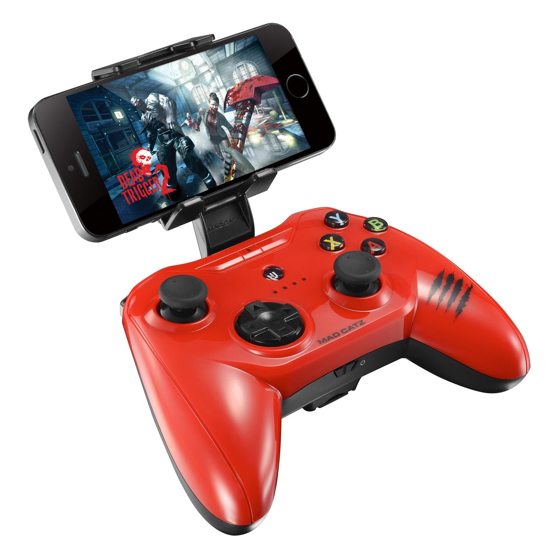 Mad Catz C.T.R.L.i, Gloss Red беспроводной геймпад для iPhone и iPadMCB312630A13/04/1Mad Catz C.T.R.L.i - стильный беспроводной геймпад для iPhone или iPad. Контроллер превратит ваше мобильное устройство в игровую консоль и позволит играть где угодно - дома, в поездках, путешествиях. Он оснащен лицензированным модулем связи от Apple и совместим с iPhone и iPad 5 поколения. Данная модель подключается к мобильному устройству через протокол Bluetooth. Благодаря энергоэффективному модулю Bluetooth 4.0 геймпад может проработать в автономном режиме до двух суток. Для комфортной игры на ходу новинка оснащена съемными регулируемыми зажимами, в которые можно вставить iPhone или iPad. При этом в устройстве не перекрывается разъем Lightning и его можно заряжать даже во время игры. Mad Catz C.T.R.L. i позволяет играть и на большом экране, используя в качестве консоли планшет или смартфон от Apple, соединив его с телевизором с помощью HDMI-кабеля. Геймпад имеет классический дизайн и традиционный набор средств управления: 8-позиционный D-pad и два аналоговых стика. Для того, чтобы настроить контроллер, необходимо скачать на AppStore фирменное приложение Mad Catz.