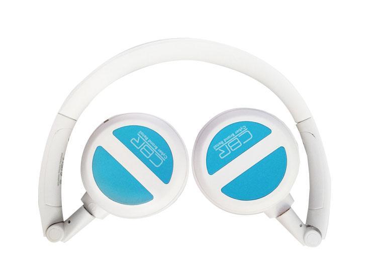 CBR CHP 633 Bt, Blue Bluetooth-гарнитураCHP 633CBR CHP 633 Bt - современная беспроводная гарнитура, которую отличает полный набор необходимых возможностей, таких как управление треками и громкостью, поддержкаA2DP, AVRCP, работа в стандарте Bluetooth 3.0, а также совместимость с устройствами под управлением Android, iOS, Windows.Что это значит для потребителя? Это значит, что: 1) подключить нашу гарнитуру просто; 2) звук будет в стерео-формате; 3) скорости обмена данными будет достаточно для воспроизведения высококачественного аудио с минимальным сжатием; 4) энергопотребление ниже, а значит, продолжительность работы на одной зарядке - больше.Для максимального комфорта и изоляции внешних шумов гарнитура оборудована мягкими амбушюрами, ее складное оголовье делает устройство компактным и транспортабельным, а цвета отлично сочетаются с классикой жанра - линейкой iPod. В комплекте с гарнитурой поставляетсяBluetooth-адаптер, поэтому устройство готово к использованию даже с персональным компьютером.