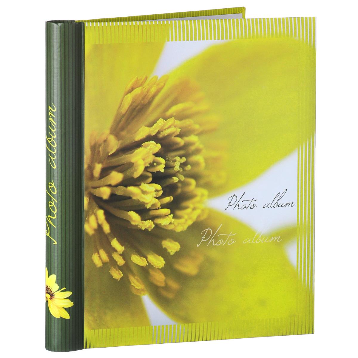 Фотоальбом Феникс-презент Горный цветок, на кольцах, 20 магнитных листов, 24,5 см х 29 см38800Фотоальбом Феникс-презент Горный цветок, изготовленный из картона с клеевым покрытием и пленки ПВХ, сохранит моменты ваших счастливых мгновений на своих страницах! Обложка альбома оформлена ярким изображением цветка. Листы размещены на пластиковых кольцах. Альбом с магнитными листами удобен тем, что он позволяет размещать фотографии разных размеров. Магнитные страницы обладают следующими преимуществами: - Не нужно прикладывать усилий для закрепления фотографий, - Не нужно заботиться о размерах фотографий, так как вы можете вставить в альбом фотографии разных размеров, - Защита фотографий от постоянных прикосновений зрителей с помощью пленки ПВХ.Нам всегда так приятно вспоминать о самых счастливых моментах жизни, запечатленных на фотографиях. Поэтому фотоальбом является универсальным подарком к любому празднику. Вашим родным, близким и просто знакомым будет приятно помещать фотографии в этот альбом.Количество листов: 20 шт.