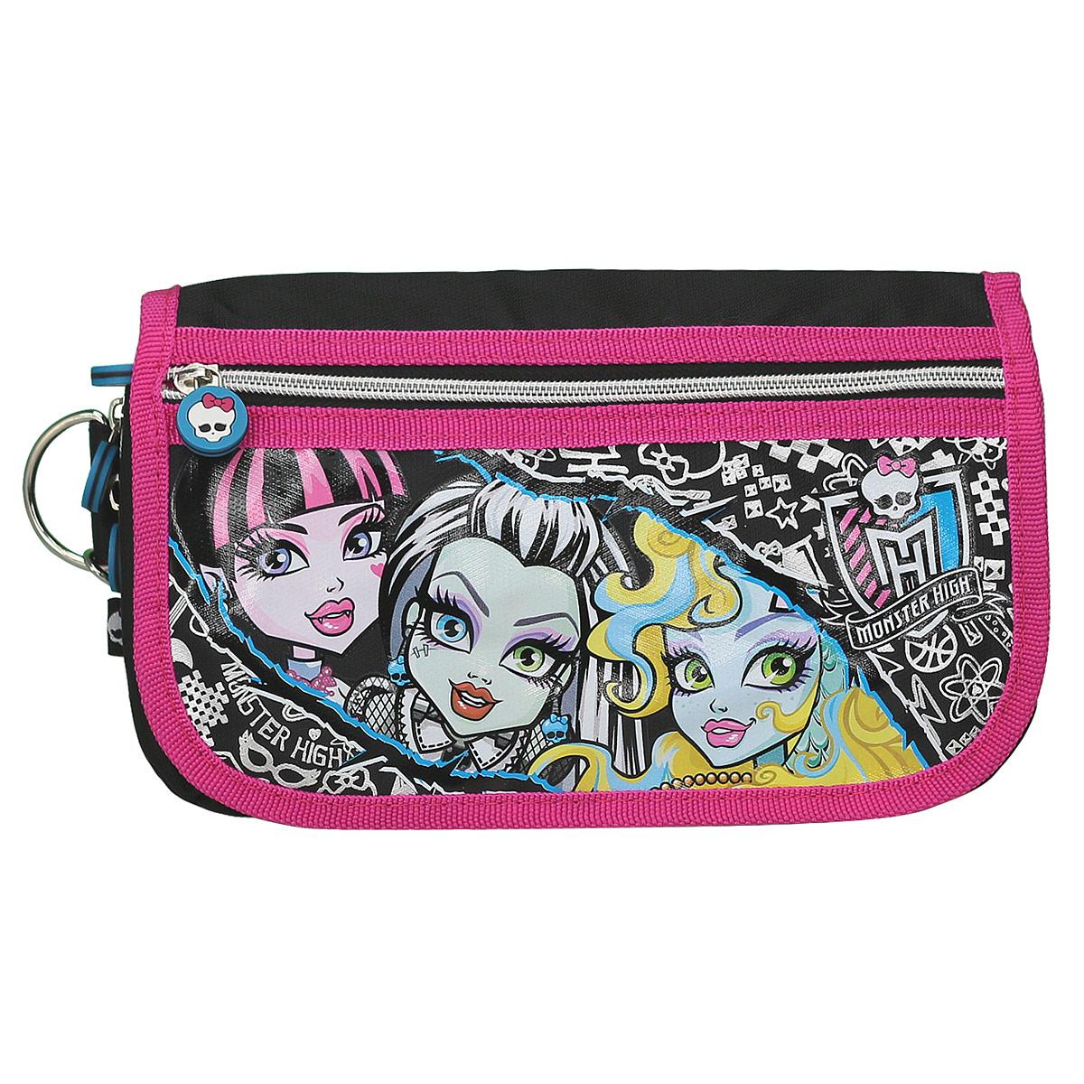Сумочка детская Monster High. MHAA-UT1-9487MHAA-UT1-9487Стильная детская сумочка Monster High, оформленная изображением героинь известного мультсериала Школа Монстров, станет оригинальным и неповторимым дополнением к современному наряду юной модницы. Главный тренд этого года - это стильный клатч. Одно из основных достоинств этих маленьких сумочек - их универсальностьУ клатча одно главное отделение на молнии. У задней и передней стенок сумки имеются карманы, открытый и на молнии. Все отделения закрываются клапаном, фиксирующимся клепкой. Дополнительный внешний карман на клапане отлично подойдет для хранения документов и мелких предметов. Данная модель носится в руке или через плечо. Лямка свободно отстегивается с помощью карабинов и регулируется по длине, обеспечивая максимальный комфорт.Окантовка сумки выполнена плотного полиэстера. Бегунки молнии декорированы резиновыми элементами в виде черепа.Каждая поклонница Школы Монстров будет в восторге от такого аксессуара!