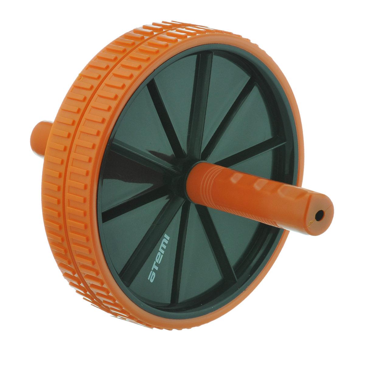 Ролик для пресса Atemi, цвет: черный оранжевый89499Ролик-каток гимнастический Atemi позволяет эффективно тренировать мышцы рук, плеч, пресса, бедер, спины. Это замечательный снаряд для силового тренинга в домашних условиях. Позволяет делать тяжелые упражнения прежде всего на верхнюю часть тела и пресс. Места практически не занимает. Удобные ручки обеспечивают максимальный комфорт во время тренировок. Обрезиненное кольцо делает движения плавными.Диаметр ролика: 18,5 см.Длина ручки: 10 см.Как выбрать кардиотренажер для похудения. Статья OZON Гид