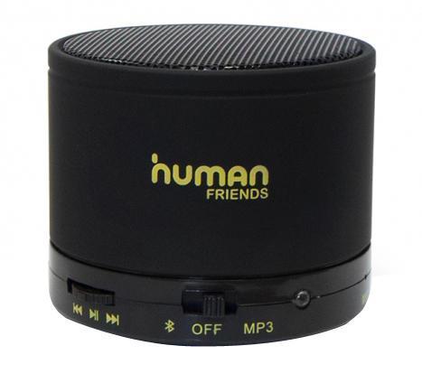 Human Friends Capsula, Black портативная акустическая системаCapsulaHF Capsula - не просто беспроводная колонка, это целый медиа-центр. Во-первых, он позволяет проигрывать аудио, передаваемое через Bluetooth-канал. Во-вторых, это гарнитура громкой связи с достаточно широким набором функций: определение номера, прием/завершение вызова, вызов последнего из набранных номеров. И, в-третьих, это устройство для чтения и воспроизведения звука с microSD-карт.Надежный металлический корпусCapsula - ее несомненное достоинство. Он исключает посторонние вибрации и приятен на ощупь благодаря напылению софт тач. Донная часть имеет специальное покрытие против скольжения, поэтому колонка будет устойчива даже на наклонной поверхности и при движенииОрганы управления представлены колесом, отвечающим за перемотку треков и набор номера, а также тумблером включения/выключения Bluetooth-модуля и переключения на чтение карты памяти