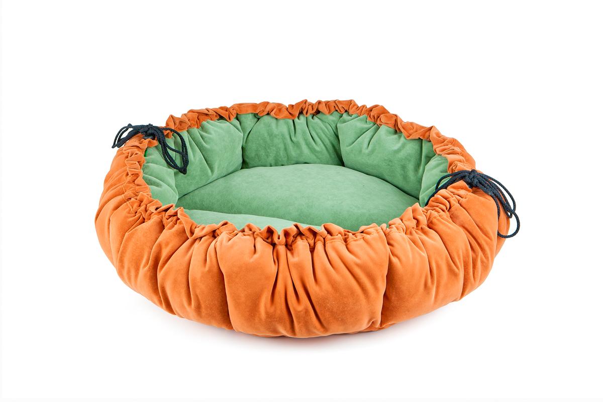 Лежак-трансформер для собак Titbit, цвет: оранжевый, зеленый, диаметр 100 см3527Лежак-трансформер Пушок станет комфортным и любимым местом вашего питомца. Лежак выполнен из мягкого, приятного на ощупь материала (флока). Оригинальная конструкция трансформера превращает лежак в просторное спальное место. Стильная расцветка впишется в любой интерьер. Высококачественная мебельная ткань приятной фактуры обладает высокой износоустойчивостью.Диаметр: 100 см.