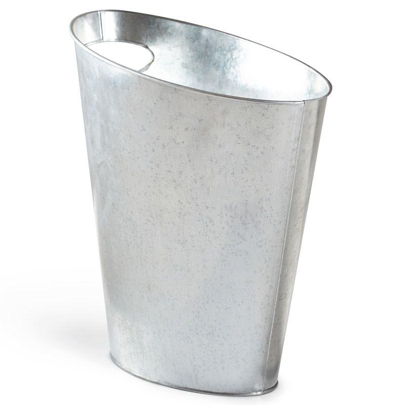 Контейнер для мусора Umbra Skinny, цвет: металлик, 7,5 л082625-229Очередное изобретение Карима Рашида, одного из самых известных промышленных дизайнеров. Оригинальный замысел и функциональный подход обеспечены! Привычные мусорные корзины в виде старых ведер из под краски или ненужных коробок давно в прошлом. Каждый элемент в современном доме должен иметь определенный смысл, быть креативным и удобным. Вплоть до мусорного ведра. Несмотря на кажущийся миниатюрный размер, ведро вмещает до 7,5 литров, а ручка в виде отверстия на верхней части ведра удобна при переноске.