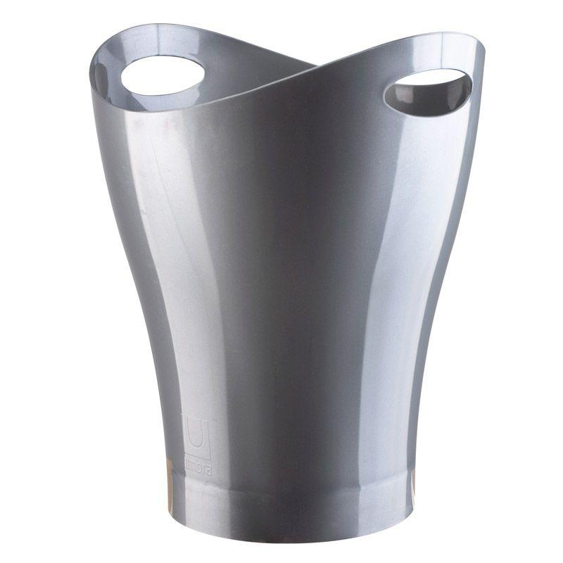 Контейнер для мусора Umbra Garbino, цвет: графит082857-560Очередное изобретение Карима Рашида, одного из самых известных промышленных дизайнеров. Оригинальный замысел и функциональный подход обеспечены! Привычные мусорные корзины в виде старых ведер из под краски или ненужных коробок давно в прошлом. Каждый элемент в современном доме должен иметь определенный смысл, быть креативным и удобным. Вплоть до мусорного ведра. Несмотря на кажущийся миниатюрный размер, ведро вмещает до 9 литров, а ручки в виде отверстия на верхней части ведра удобны при переноске.
