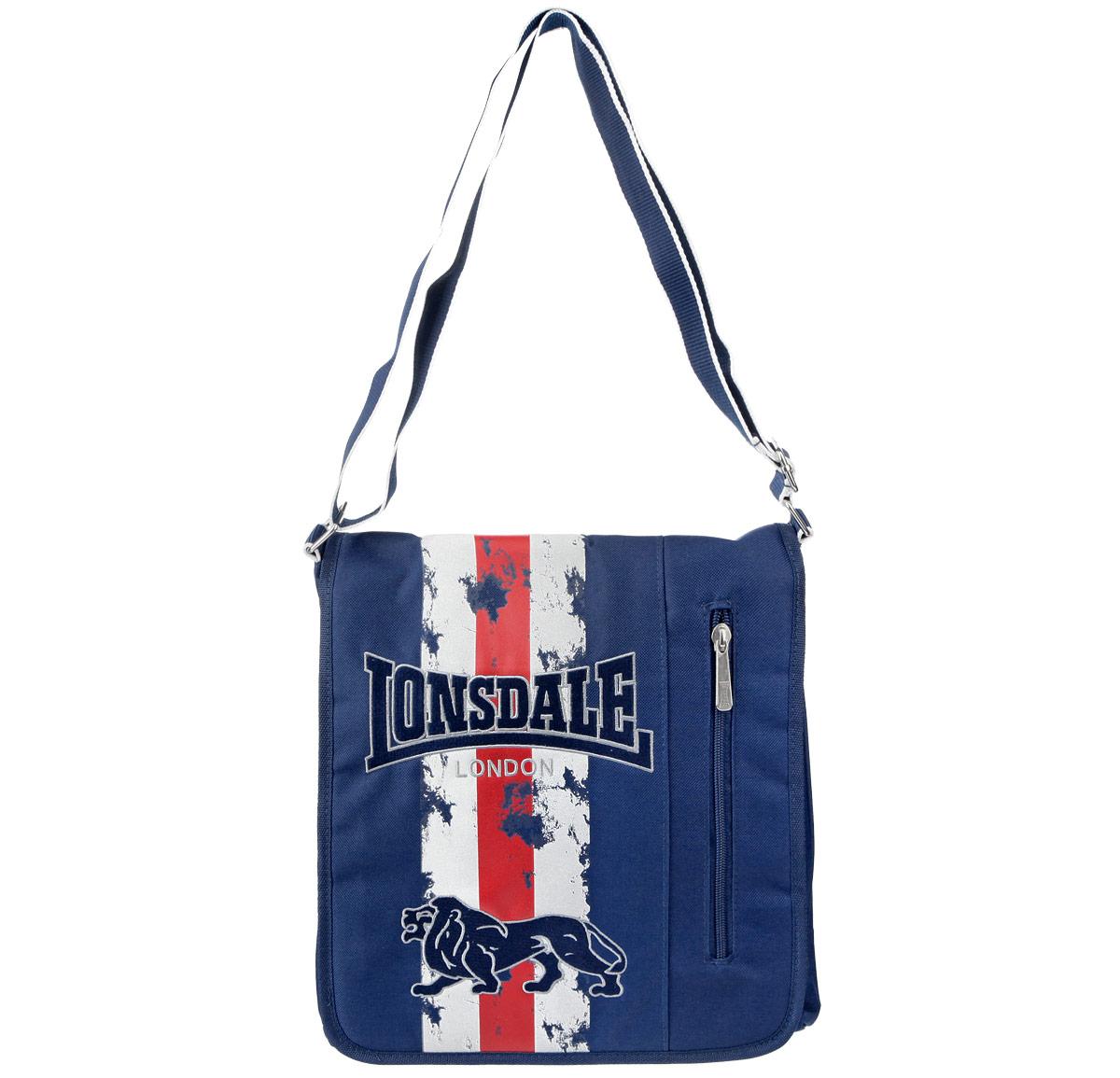 Сумка молодежная Lonsdale, цвет: синийLSDR-12T-1342Оригинальная молодежная сумка Lonsdale прекрасно подойдет для учебы, занятий спортом и повседневных дел. Стильная, легкая и удобная сумка с ярким принтом станет незаменимым аксессуаром. Вместительное внутреннее отделение закрывается на клапан с кнопкой, в него поместятся все необходимые школьные принадлежности или спортивная форма. На самом клапане вместительный карман на молнии. Внутри сумки карман на молнии и два открытых кармана. На задней стороне большой открытый карман, вмещающий формат A4. Плотная и широкая лямка свободно регулируется по длине, что позволяет носить сумку школьникам разного возраста. Лаконичный и сдержанный дизайн подчеркнет индивидуальность и порадует своей функциональностью.