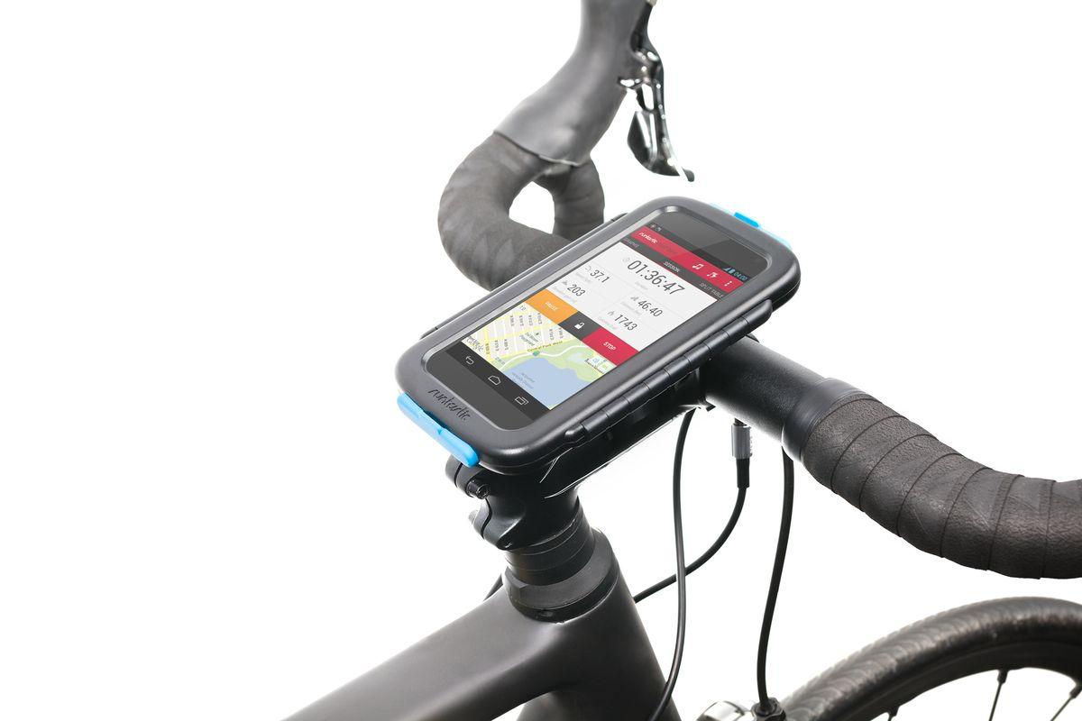 """Универсальное велосипедное крепление """"Runtastic"""" для смартфонов выполнено из прочного пластика с резиновыми заглушками сверху и снизу.   Особенности крепления:   Ударо- и пылезащитный корпус.    Возможность работать с сенсорным экраном, использовать обе камеры и наушники.   Устанавливается без использования инструментов на руль или вынос велосипеда.   Смартфон можно установить горизонтально или вертикально на креплении.   Мягкие проставки позволят разместить в чехле почти любой смартфон.    Подходит для: iPhone 4/4S/5/5S/5C/6, Samsung S3/S4/S5 и других.   Промо-код от платной версии приложения в комплекте.   Максимальный размер смартфона: 14,2 см х 7,3 см х 0,8 см.    Гид по велоаксессуарам. Статья OZON Гид"""