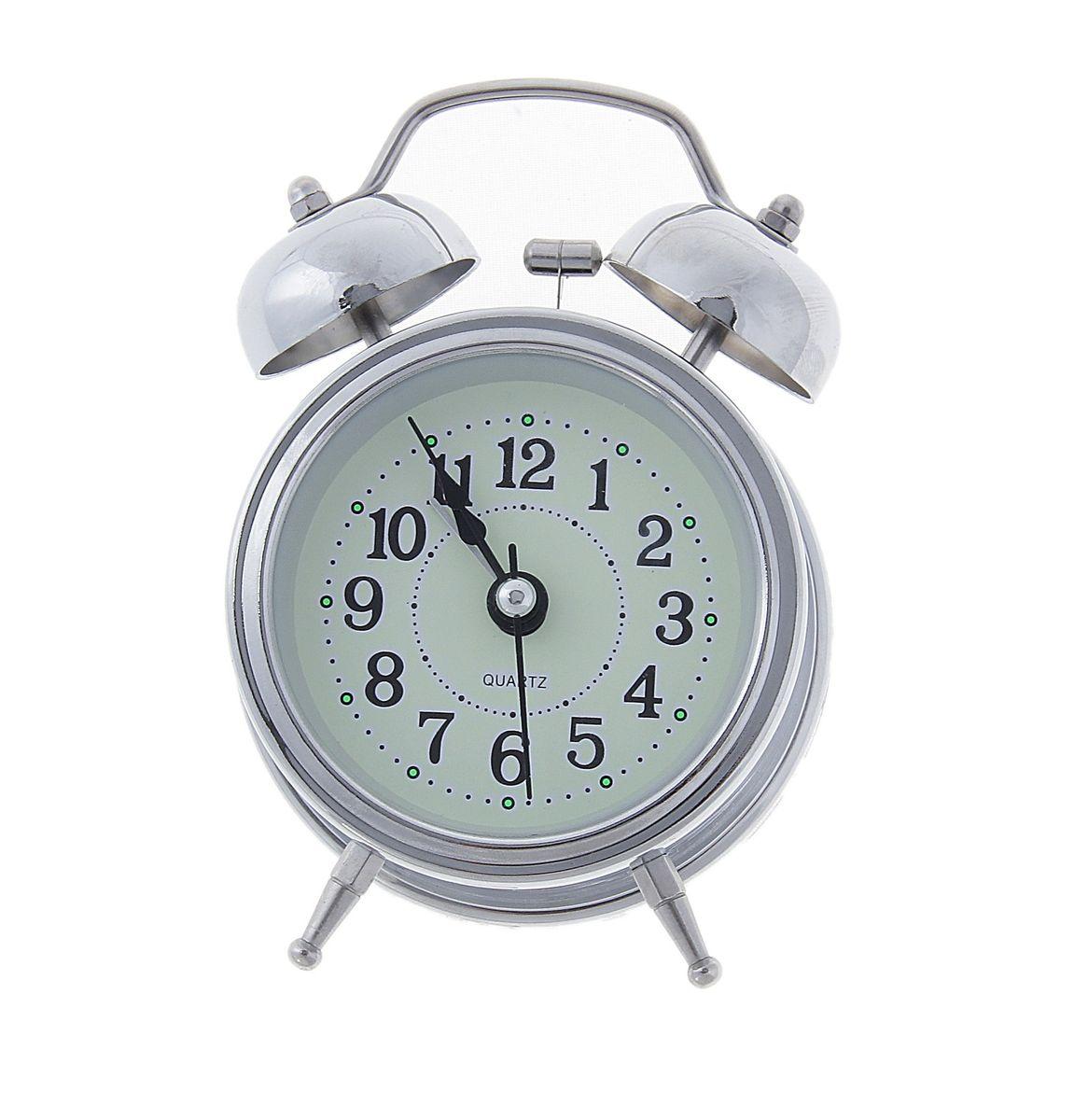 Часы-будильник Sima-land Классика, цвет: серебристый556709Часы-будильник Sima-land Классика - это невероятных размеров устройство, созданное специально для тех, кто с трудом просыпается по утрам!Изделие обладает классическим дизайном. Такой будильник станет изюминкой вашего интерьера.Будильник работает от батареек типа АА (в комплект не входят). На задней панели будильника расположены переключатель включения/выключения механизма, два поворотных рычага для настройки текущего времени и установки будильника, а также кнопка для включения подсветки циферблата.