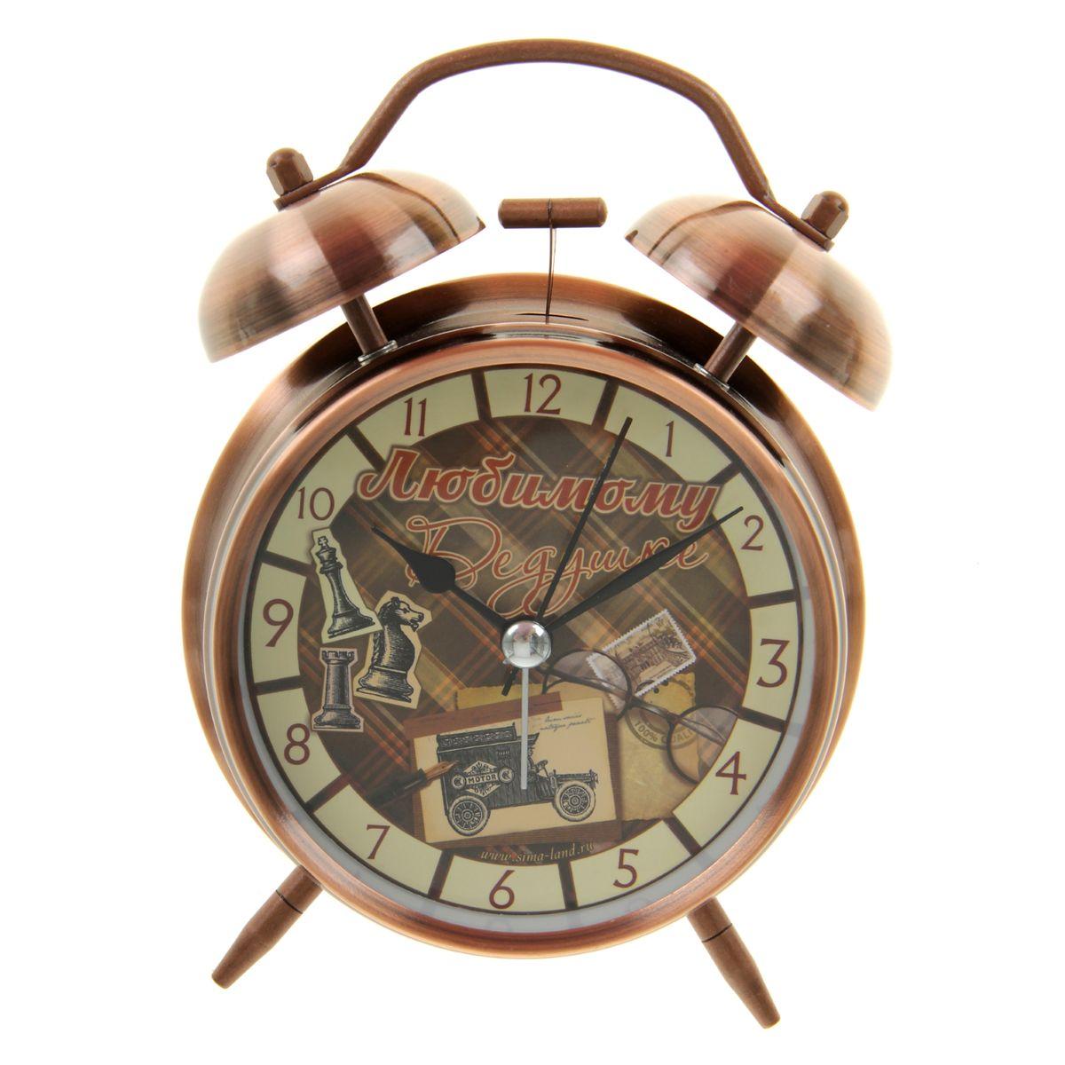 Часы-будильник Sima-land Любимому дедушке699315Как же сложно иногда вставать вовремя! Всегда так хочется поспать еще хотя бы 5минут и бывает, что мы просыпаем. Теперь этого не случится! Яркий, оригинальныйбудильник Sima-land Любимому дедушке в винтажном стиле поможет вам всегдавставать в нужноевремя и успевать везде и всюду. Корпус будильника выполнен из металла. Циферблат оформлен изображениемоткрыток и шахмат и надписью: Любимому дедушке, имеет индикациюарабскими цифрами. Часы снабжены 4 стрелками (секундная, минутная, часовая идля будильника). На задней панели будильника расположен переключательвключения/выключения механизма, а также два колесика для настройки текущеговремени и времени звонка будильника. Также будильник оснащенкнопкой, при нажатии и удержании которой подсвечивается циферблат. Пользоваться будильником очень легко: нужно всего лишь поставить батарейку,настроить точное время и установить время звонка.Необходимо докупить 1 батарейку типа АА (не входит в комплект).