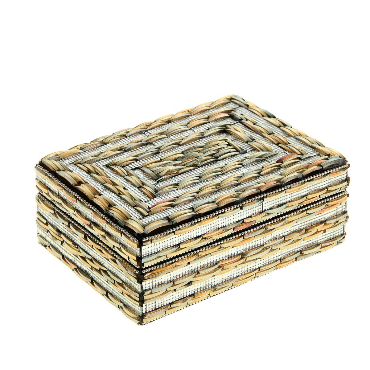 Шкатулка Sima-land Бисер, 18,5 см х 13,5 см х 7 см799975Шкатулка Sima-land Бисер выполнена из МДФ и украшена элементами из стекла. Техника декорирования такой шкатулки имеет свои особенности: для украшения используются специальные кольца из стекла, которые разрезаются на несколько отдельных частей, благодаря чему получаются слегка выпуклые продолговатые кусочки. Из этих кусочков выкладывается настоящая мозаика, придающая шкатулке эффектный и необычный вид. Внутри одно большое отделение.Шкатулку можно смело дарить представительнице прекрасного пола. Даже не сомневайтесь: она очень быстро найдет, чем заполнить такой стильный и удобный аксессуар.