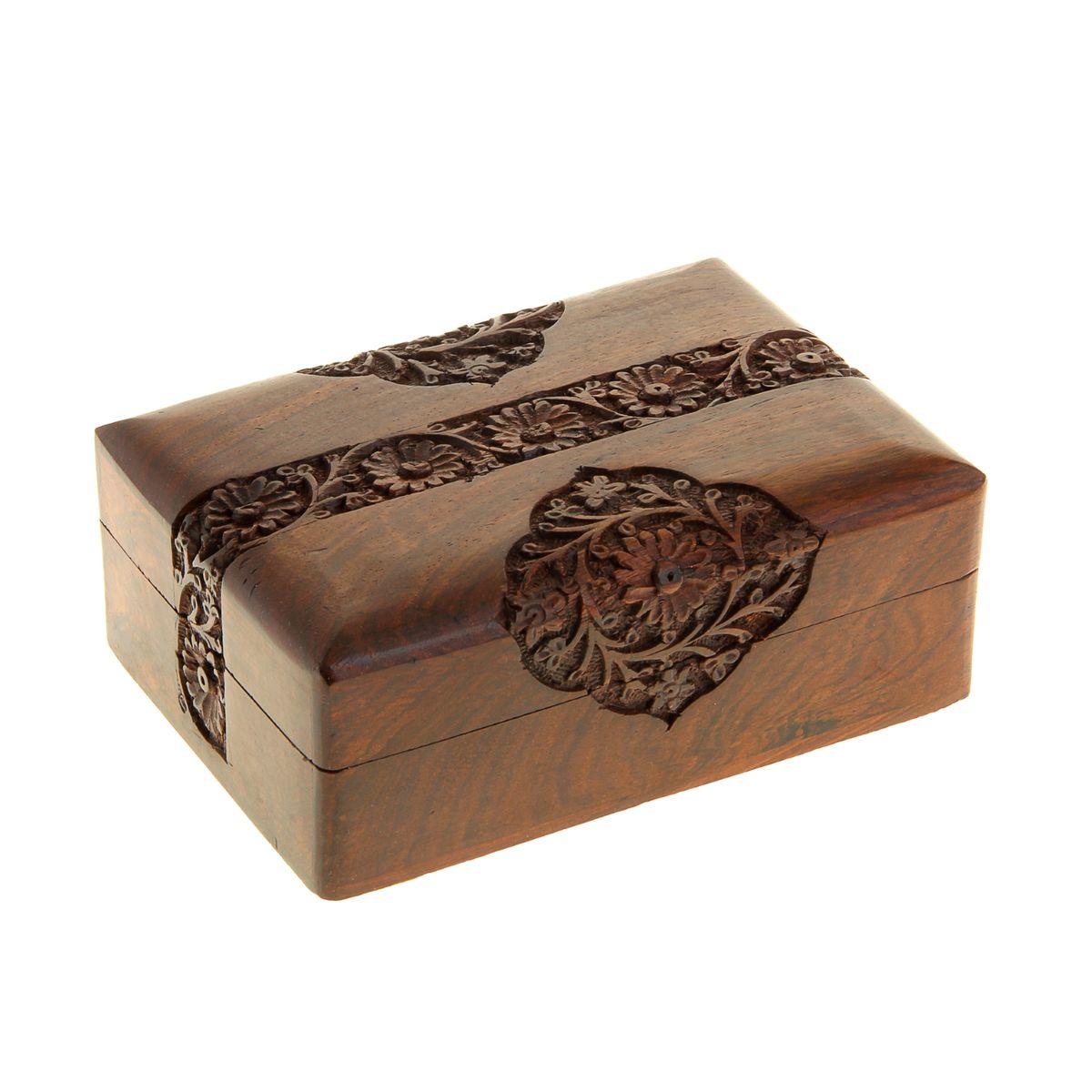 Шкатулка Sima-land Хризантемы, цвет: коричневый, 17,5 х 12,5 х 6 см806436Шкатулка Sima-land Хризантемы изготовлена из дерева - натурального материала, словно пропитанного теплом яркого солнца. Затейливый узор, украшающий ее, вырезан вручную, что, без сомнения, придает шкатулке особую ценность. Внутри одно отделение.Такая шкатулка - не простой сувенир. Ее функция не только декоративная, но и сугубо практическая - служить удобным и надежным местом для хранения самых разных мелочей. Разумеется, особо неравнодушны к этим элегантным предметам интерьера женщины. Мастерицы кладут в шкатулки швейные и рукодельные принадлежности. Модницы и светские львицы - любимые украшения и аксессуары. И, конечно, многие представительницы прекрасного пола хранят в шкатулках, убранных в укромный уголок, какие-то памятные знаки: фотографии, старые письма, сувениры, напоминающие о важных событиях и особо счастливых моментах, сухие лепестки роз и другие небольшие сокровища.