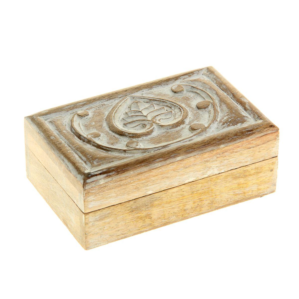 Шкатулка Sima-land Лотос, 13,5 х 8,5 х 5 см839535Шкатулка Sima-land Лотос изготовлена из дерева - натурального материала, словно пропитанного теплом яркого солнца. Резная крышка в винтажном стиле украшена объемным изображениями в виде сердца и узоров. Внутри одно отделение. Такая шкатулка - не простой сувенир. Ее функция не только декоративная, но и практическая - служить удобным и надежным местом для хранения самых разных мелочей. Разумеется, особо неравнодушны к этим элегантным предметам интерьера женщины. Мастерицы кладут в шкатулки швейные и рукодельные принадлежности. Модницы и светские львицы - любимые украшения и аксессуары. И, конечно, многие представительницы прекрасного пола хранят в шкатулках, убранных в укромный уголок, какие-то памятные знаки: фотографии, старые письма, сувениры, напоминающие о важных событиях и особо счастливых моментах.