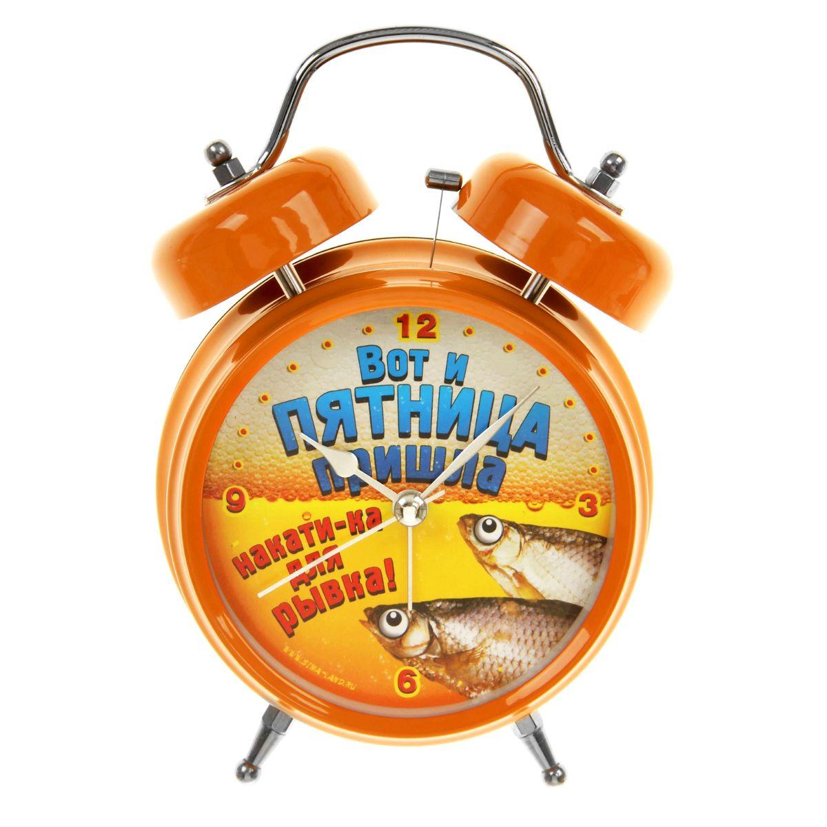 Часы-будильник Sima-land Вот и пятница839681Как же сложно иногда вставать вовремя! Всегда так хочется поспать еще хотя бы 5 минут и бывает, что мы просыпаем. Теперь этого не случится! Яркий, оригинальный будильник Sima-land Вот и пятница поможет вам всегда вставать в нужное время и успевать везде и всюду.Корпус будильника выполнен из металла. Циферблат оформлен изображением рыбки на фоне пива и надписью: Вот и пятница пришла, накати-ка для рывка!, имеет индикацию отметок с арабскими цифрами. Часы снабжены 4 стрелками (секундная, минутная, часовая и для будильника). На задней панели будильника расположен переключатель включения/выключения механизма, а также два колесика для настройки текущего времени и времени звонка будильника. Пользоваться будильником очень легко: нужно всего лишь поставить батарейки, настроить точное время и установить время звонка. Необходимо докупить 2 батарейки типа АА (не входят в комплект).