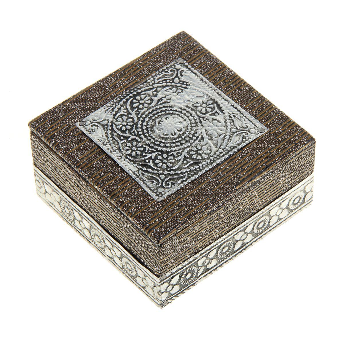 Шкатулка Sima-Land Символ божественности, 7,5 см х 7,5 см х 4 см842218Шкатулка Sima-land Символ божественности выполнена из МДФ и отделана металлом. Крышкаоформлена рельефными узорами в виде цветов.Чем больше шкатулок, тем больше украшений. Говорят, что шкатулки их притягивают. А если это настоящая индийская шкатулка, да еще и ручной работы, тогда точно все украшения будут заползать туда сами. Представьте, как там будет уютно вашим сережкам или подвеске, часам или цепочке: это настоящий дворец для любимых аксессуаров. Шкатулка для украшений Символ божественности, словно настоящий ларец принцессы, ее форма, материал, узоры, оригинальное обрамление, все это буквально завораживает. Ваши украшения скажут вам только спасибо за такой славный домик! Шкатулка станет приятным подарком женщине по случаю праздника, она обязательно оценит ваш безупречный вкус.