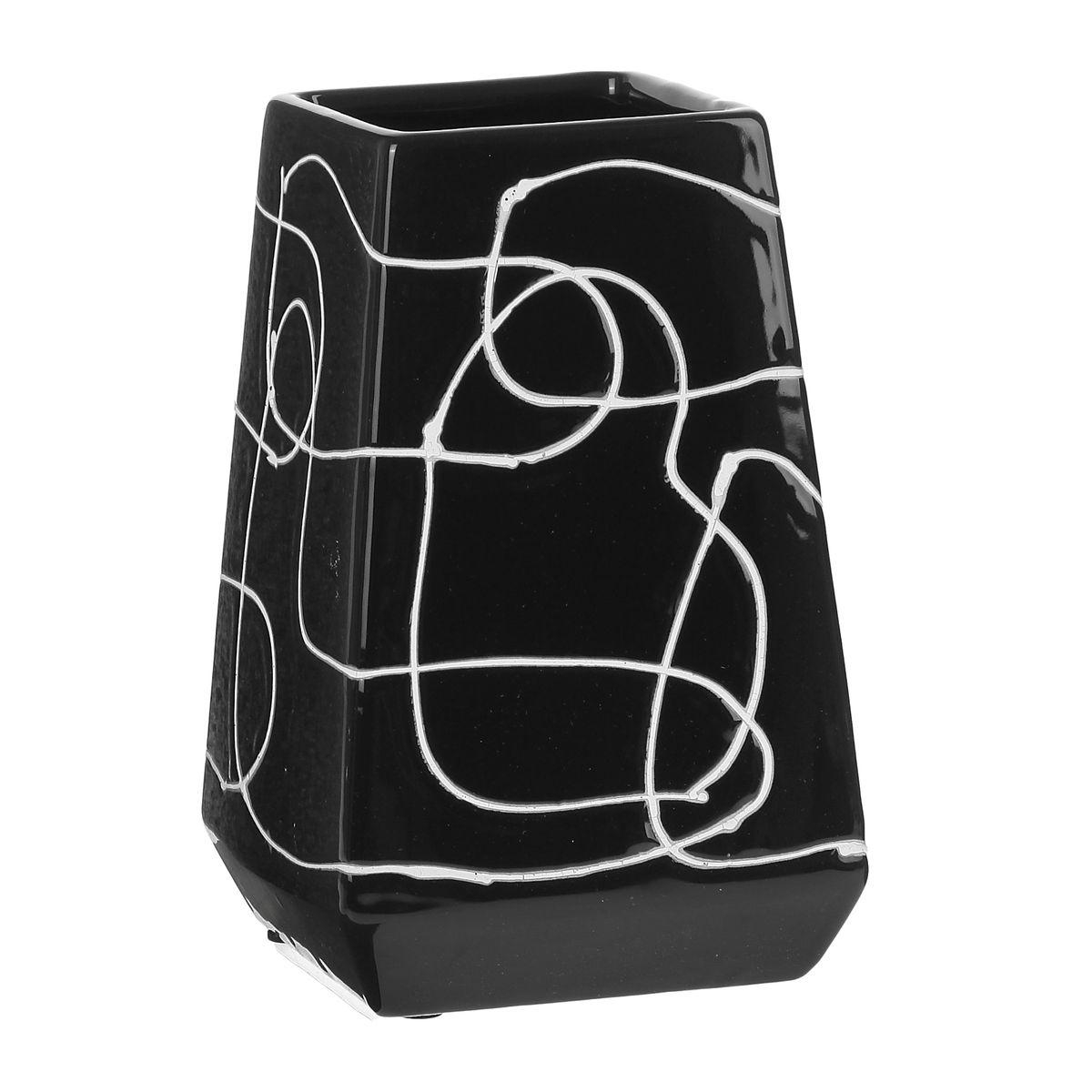 Ваза Sima-land Полоски, высота 16 см863616Ваза Sima-land Полоски изготовлена из высококачественной керамики.Строгая форма и стильная хаотичность волнообразного декора не позволят интерьеру бытьскучным. Аксессуар с расширенным горлышком вместит в себя достаточно пышный букет.Болеетого, в вазе с интересной текстурой превосходно будут смотреться декоративные веточки исухоцветы.Любое помещение выглядит незавершенным без правильно расположенных предметовинтерьера. Они помогают создать уют, расставить акценты, подчеркнуть достоинства или скрытьнедостатки.
