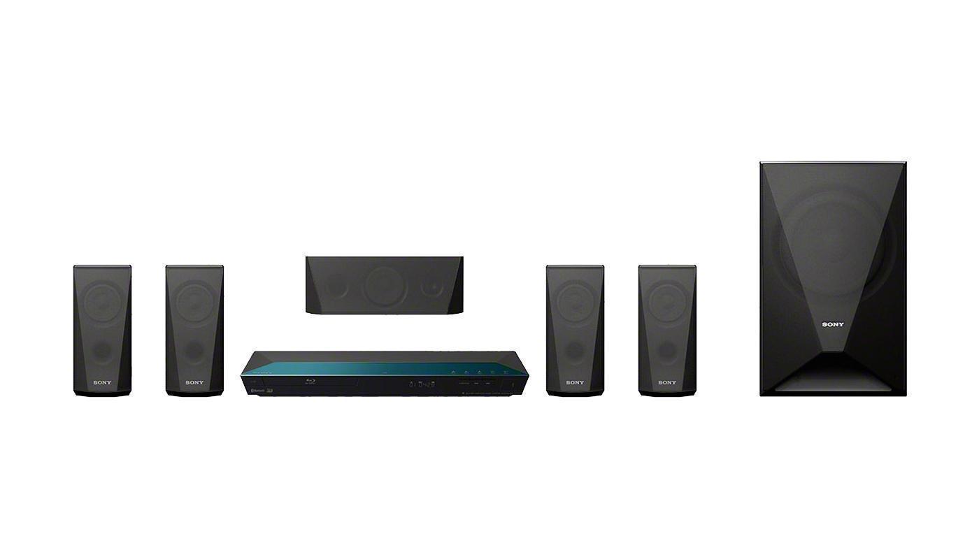Sony BDV-E3100 домашний кинотеатрBDVE3100.RU3Развлечения, которые подходят вашему стилю жизниКинематографическое звучание и первоклассное изображение в вашей гостиной. Благодаря E3100 вы можете смотреть ваши любимые развлечения в формате Full HD с объемным 5.1-канальным звуком. Воспроизведение музыки со смартфона или планшета всего в одно касание. Стиль и простота в одномЗвук, который хочется слушатьПодарите любимым композициям и фильмам первоклассное 5.1-канальное звучание. Четыре сателлитные АС и сабвуфер с общей выходной мощностью 1000 Вт сочетаются с новыми функциями, такими как Bass Boost для чистого и мощного звука, который буквально наполняет собой помещение.Прослушивание в одно касаниеПередавайте музыку со смартфона или планшетного компьютера с поддержкой Bluetooth® и NFC, просто прикоснувшись к системе домашнего кинотеатра. Требуется всего одно касание. Также вы можете передавать музыку в потоковом режиме с ПК, iPhone, iPad или iPod* через Bluetooth®. Каким бы ни был ваш выбор, технология Digital Music Enhancer обрабатывает звук, делая его чище.Беспроводная передача фильмов, фотографий и другого контентаБлагодаря встроенному Wi-Fi, вы можете с легкостью подключить к устройству смартфон, ноутбук, планшетный компьютер или подключиться к Интернету без проводов. Передавайте любой развлекательный контент: от фотографий до списков воспроизведения, от онлайн-видео до телешоу и видеоклипов YouTube .Откройте мир онлайн-развлеченийВ вашей видеотеке не осталось непросмотренных фильмов? Сетевой сервис Sony Entertainment Network расширяет вашу домашнюю коллекцию фильмов и ничем не ограничивает ваш выбор: с его помощью вы можете смотреть потоковое видео в HD-качестве и любимые телеканалы, слушать музыку, а также читать новости, смотреть погоду, играть в игры и выполнять множество других действий с помощью веб-браузера и приложений сервиса.Безупречный дизайн и стильНовые модели домашних кинотеатров воплощают дизайн Sense of Quartz, подсказанный образом безупречных сияющих