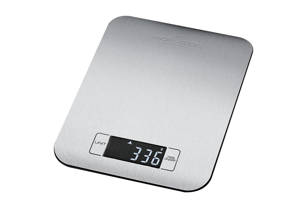 Profi Cook PC-KW 1061 кухонные весыPC-KW 1061Profi Cook PC-KW 1061 – компактные кухонные весы из нержавеющей стали. Весы оснащены четким, многофункциональным ЖК-дисплеем высокого качества и обладают диапазоном измерения до 5 кг. Так же имеется функция обнуления тары. Вы можете выбрать наиболее подходящую единицу измерения: кг, фунт, унцию. Весы снабжены функцией автоматического отключения после взвешивания, что делают их экономичными и удобными в использовании