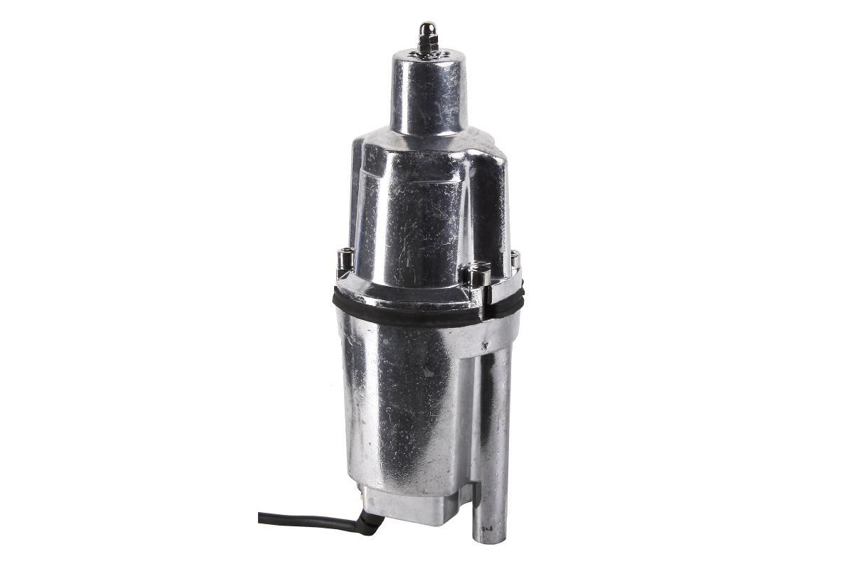 Погружной вибрационный насос Hammer NAP200A (10)Nap200а (10)Погружной вибрационный насос Hammer NAP200A (10) предназначен для поднятия воды с большой глубины из скважин и колодцев, внутренний диаметр которых превышает 100 мм, также она может использоваться для обеспечения полива из различного рода водоемов.Вибрационный погружной насос Hammer NAP200A (10) отличается минимальным потреблением электроэнергии. Полированный корпус прибора абсолютно герметичен, он надежно защищает мотор от попадания пыли и воды. Вал двигателя из нержавеющей стали имеет длительный срок службы. Насос не требует дополнительного обслуживания и справляется с перекачкой жидкости на горизонтальные расстояния до 150 метров.Погружной насос Hammer NAP200A (10) отличается высокой мощностью и компактностью, что позволяет ему всасывать воду из разного рода скважин и с достаточно большой глубины. В небольших городках и поселках погружные насосы Hammer могут использоваться для обеспечения водоснабжением частного дома. Они прекрасно справляются с орошением и наполнением систем пожарной безопасности.При перекачивании питьевой воды из колодца погружной вибрационный насос Hammer NAP200A (10) обеспечивает минимальную степень загрязнения воды. Этот агрегат отличается бесшумной работой и отличной производительностью. Он перекачивает до 660 литров пресной воды с температурой менее +40°С в час. Длинный кабель позволяет работать с насосом на довольно большом расстоянии от источника питания. Вибрационные погружные насосы Hammer чрезвычайно просты в эксплуатации. Агрегат можно просто уложить на дно водоема, но вибрации могут привести к поднятию со дна осадка, а следствием этого будет загрязнение окружающей насос воды и его фильтры могут засориться. Чтобы не тратить время на их очистку, насос лучше закрепить при помощи монтажного капронового троса, который не пропускает электричество. Устанавливая насос в узкую скважину, следует учитывать, что диаметр скважины должен быть больше диаметра насоса как минимум на 10 мм.В
