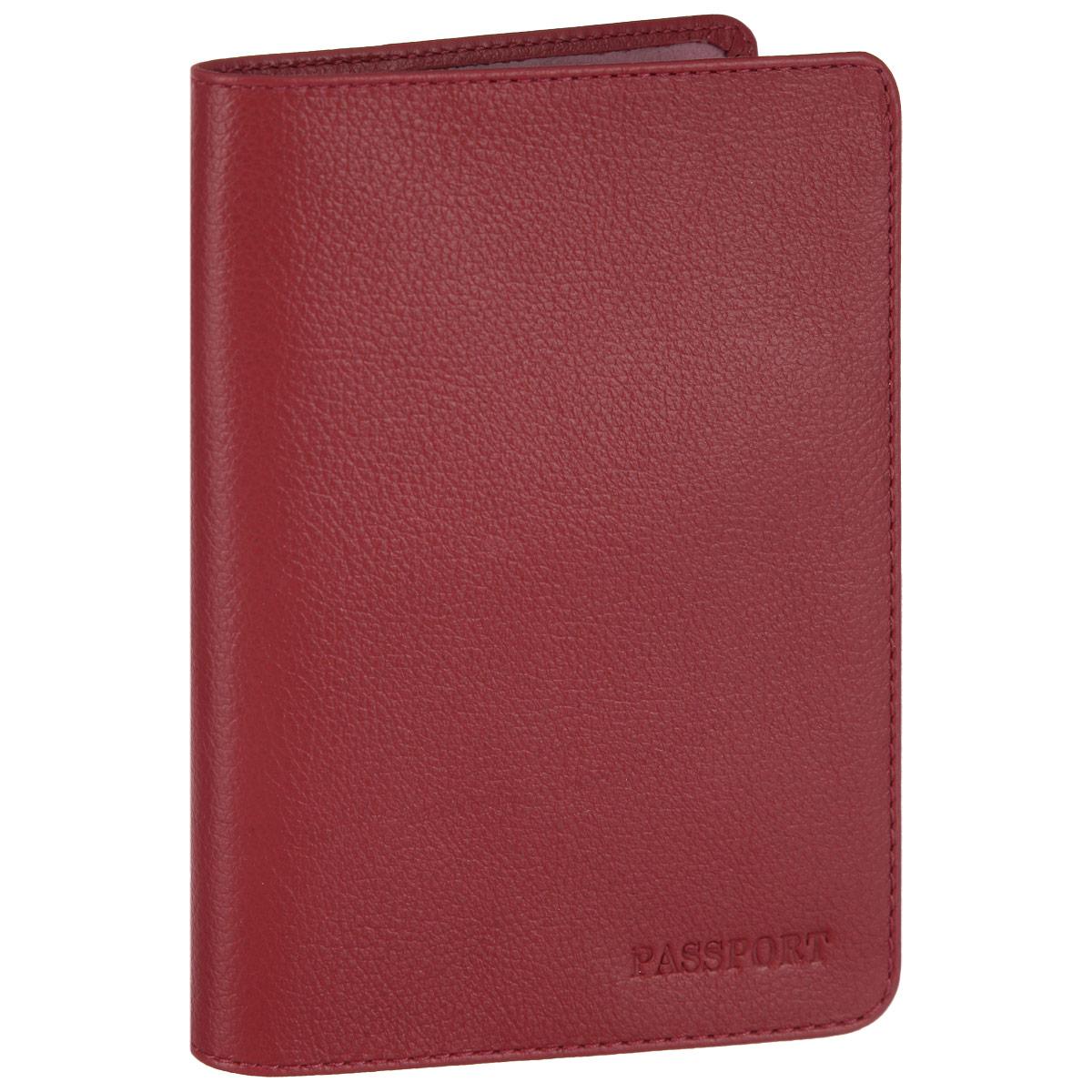 Обложка для паспорта Fabula, цвет: красный. O.53.FPO.53.FP. ягодныйСтильная обложка для паспорта Fabula выполнена из натуральной кожи с зернистой текстурой, оформлена надписью Passport. Обложка для паспорта раскладывается пополам, внутри расположены два пластиковых кармашка.Такая обложка для паспорта станет прекрасным и стильным подарком человеку, любящему оригинальные и практичные вещи.