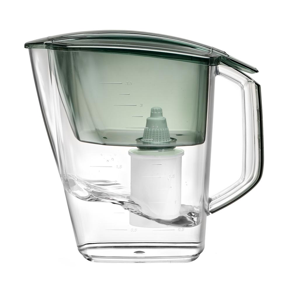"""Фильтр """"Grand"""" - одна из самых популярных моделей фильтров-кувшинов, оптимальное решение для большой семьи. Кувшин обеспечит Вам нужное количество чистой воды за раз и при этом не будет занимать много места на кухне. Фильтр """"Grand"""" - это признанное российскими потребителями сочетание доступности с большим количеством отфильтрованной воды.  Фильтр-кувшин предназначен для очистки питьевой водопроводной воды. Эффективно очищает воду от активного хлора, органических и хлороорганических соединений, токсичных металлов и других вредных веществ. Устраняет неприятные запахи и привкусы.  В январе 2007 года """"Барьер-Гранд"""" получил сертификат соответствия Российского института потребительских испытаний (РИПИ). Фильтр укомплектован сменной фильтрующей кассетой """"БАРЬЕР-4"""". В состав кассеты входят особая комбинация высококачественных активированных углей для сорбции вредных примесей и специальные ионообменные материалы для удаления из воды ионов токсичных металлов.  Особенности данного фильтра: высококачественный пластик, допущенный для контакта с питьевой водой; возможность мыть в посудомоечной машине; уникальная конструкция воронки для защиты от попадания неочищенной воды и пыли;  измерительная шкала на корпусе; уникальная технология NanoPlus®.   К фильтру-кувшину """"Grand"""" подходят 4 вида сменных кассет для воды с разными типами загрязнения:  Б-4 для водопроводной воды. Б-5 с фторирующим эффектом.  Б-6 для жесткой воды.  Б-7 для защиты от железа.  """"Барьер"""" - это высококачественные материалы и жесточайший контроль на каждой стадии производства. На сегодняшний день компания """"Барьер"""" располагает производством полного цикла и собственной научно-исследовательской лабораторией. Конструкторский отдел компании сотрудничает с ведущими дизайн-бюро Европы, что позволяет обновлять модельный ряд фильтров-кувшинов раз в 2-3 года.      Материал: пластик.   Объем воронки: 1,6 л.   Объем очищенной воды: 1,8 л.   Объем кувшина: 4 л.  Размер кувшина (с учетом ручки): 27,5 см х 14 см х 25 см.  Средни"""