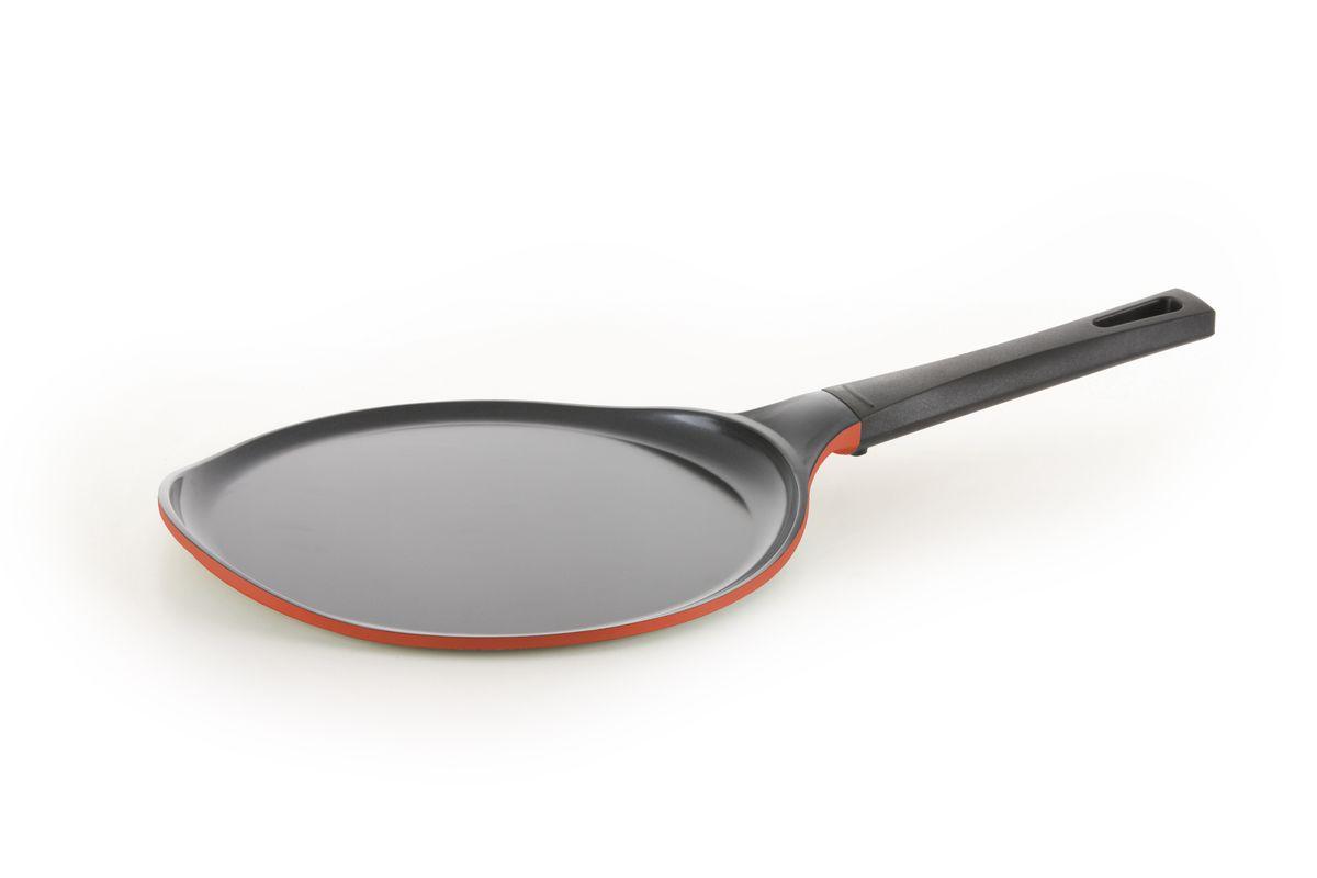 Сковорода для блинов Frybest Rainbow, с керамическим покрытием, цвет: оранжевый. Диаметр 26 см. CM-C26CM-C26 Rainbow OСковорода для блинов Frybest Rainbow изготовлена по новейшей технологии из литого алюминия с керамическим антипригарным покрытием Ecolon, в производстве которого используются природные материалы, безопасные для здоровья. Благодаря специальному утолщенному дну, сковорода равномерно распределяет тепло. Непревзойденная прочность сковороды и устойчивость к царапинам позволяет использовать металлические аксессуары при приготовлении пищи, а эргономичная удлиненная ручка с силиконовым покрытием, имеет оригинальное технологическое крепление к сковороде и всегда остается холодной. Сковорода с очень низкими бортиками предназначена для приготовления блинов и оладьев. Особая форма бортиков позволяет легко перевернуть блюдо и облегчает сервировку.Изделие можно использовать на всех видах плит, кроме индукционных. Можно мыть в посудомоечной машине.Толщина стенки сковороды: 5 мм.Толщина дна сковороды: 5 мм.Высота стенки сковороды: 1 см.Длина ручки: 21 см.