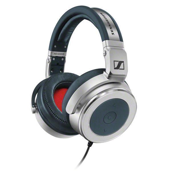 Sennheiser HD 630VB наушники505985HD 630VB способны обеспечить меломана превосходным звуком на долгие годы.Дома или на улице мобильные аудиофильские наушники Sennheiser HD 630VB демонстрируют потрясающую производительность и наличие множества функций, которыми обычно не могут похвастаться другие аудиофильские наушники. Передовые преобразователи обеспечивают ясный и мощный звук, позволяя Вам слышать малейшие нюансы Ваших любимых музыкальных записей. Звуковая картина этих наушников отличается потрясающей реалистичностью. Диапазон воспроизводимых частот от 10 до 42000 Гц позволяет слушать файлы самого высокого разрешения.Тем не менее, несмотря на аудиофильское происхождение, HD 630VB могут составить Вам компанию на улице или в городе. Закрытая конструкция гарантирует оптимальное ослабление окружающего шума, кроме того, эти наушники складные, что увеличивает мобильность и значительно облегчает их транспортировку и хранение. Наличие многих функций управления позволит получить от наушников максимальную отдачу. Одним нажатием кнопки Вы можете регулировать уровень громкости, отвечать на звонки, переключать треки, Вы можете настроить с помощью инновационного ротационного регулятора уровень отдачи НЧ. Благодаря высококачественным материалам и алюминиевым деталям в конструкции наушники способны выдерживать значительные нагрузки в процессе эксплуатации.Регулируемое оголовье позволяет достичь идеальной подгонки, а небольшой вес и мягкие амбушюры обеспечат повышенный комфорт даже в течение длительного времени прослушивания.И, наконец, конструкция HD 630VB предусматривает съемные амбушюры, что позволяет легко их заменить и продлить жизненный цикл наушников.Sennheiser HD 630VB - подлинное аудиофильское звучание, которым Вы можете наслаждаться в любом месте.